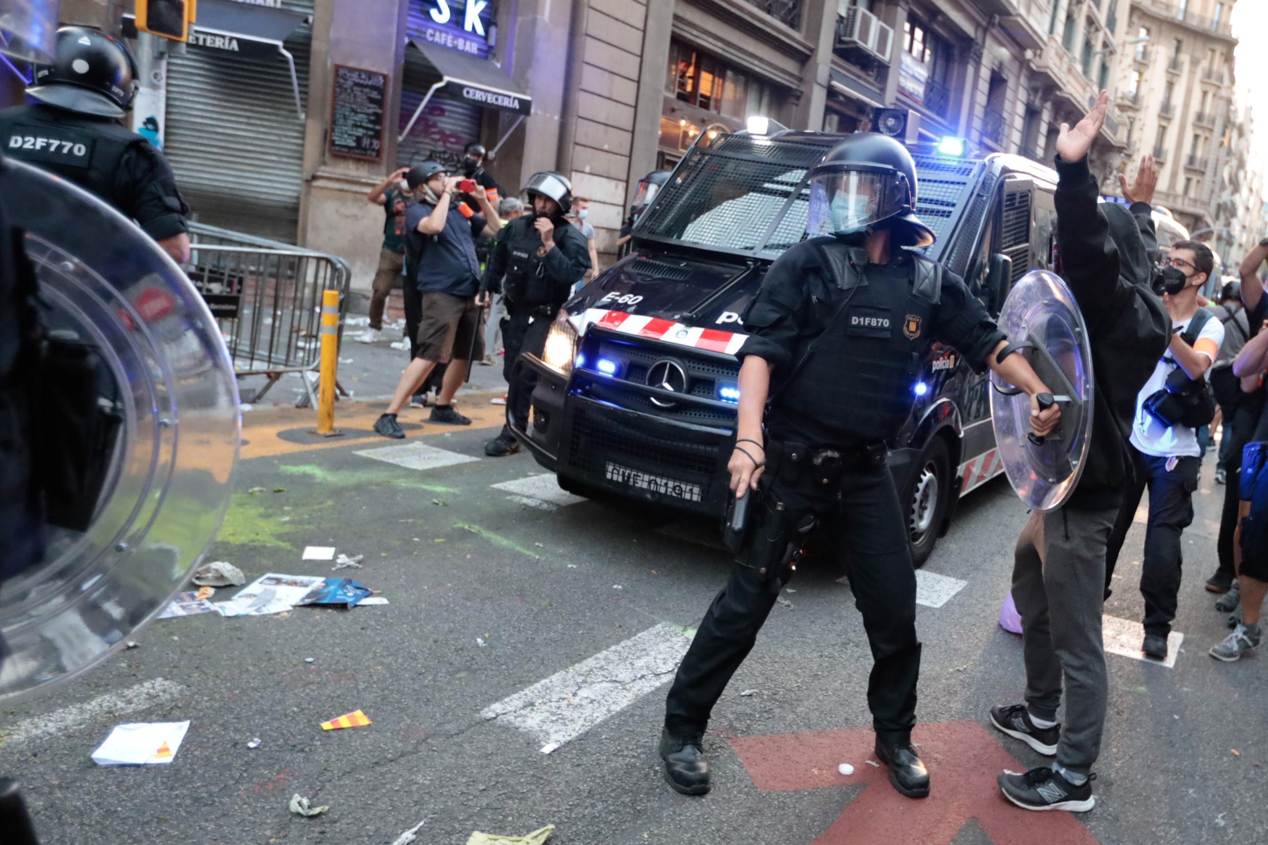 Agents dels Mossos d'Esquadra actuant a l'entorn de la comissaria de la Policia Nacional de la Via Laietana de Barcelona l'11 de setembre del 2021 / ACN