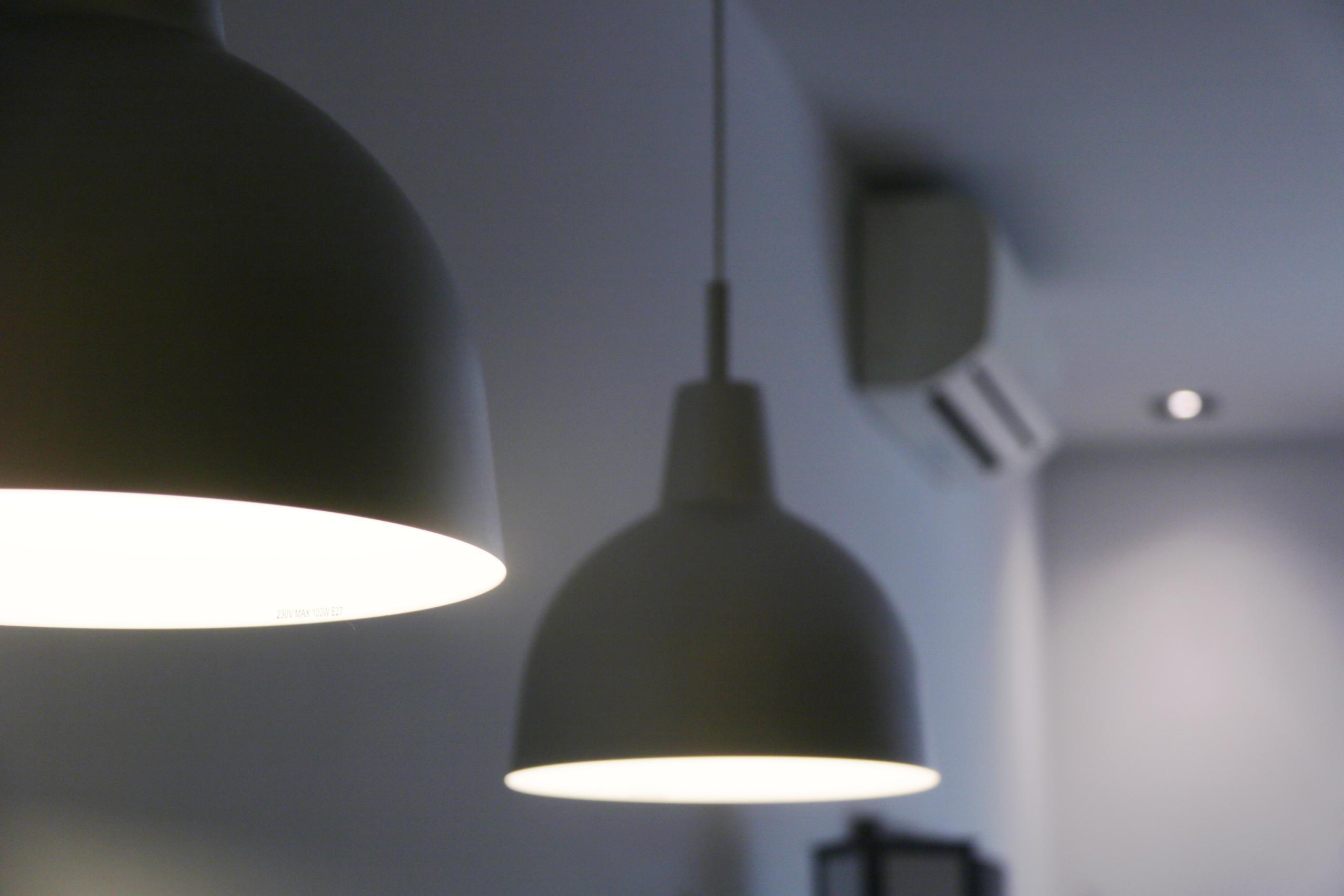 Dos llums encesos, amb altres electrodomèstics de fons (ACN)