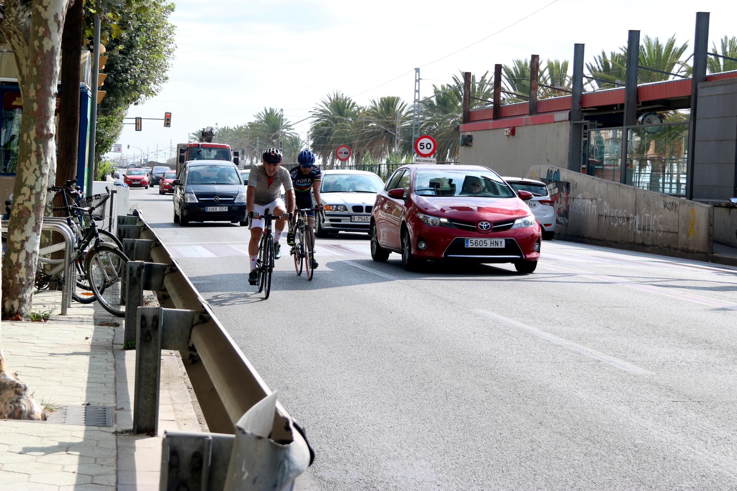 Ciclistes i diversos cotxes a l'N-II al Masnou | ACN