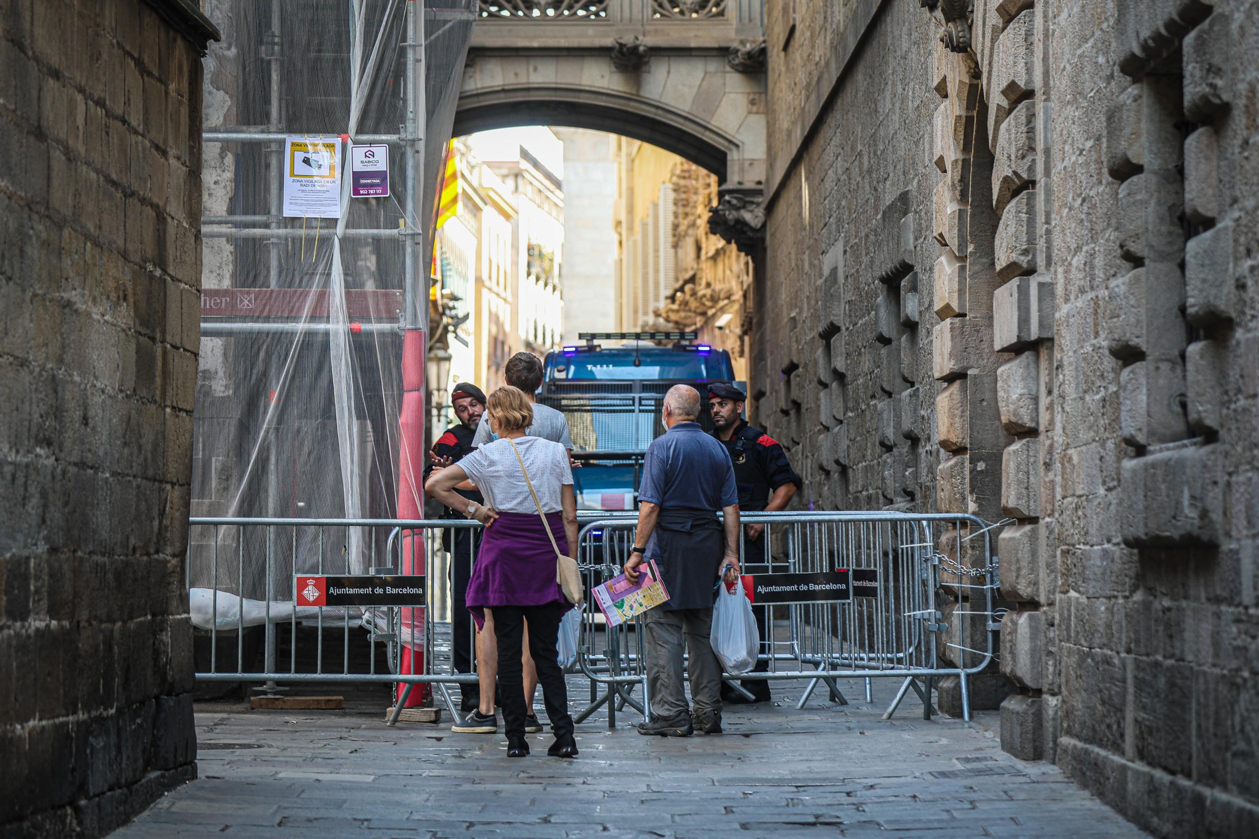 Carrers tallats i blindatge del Palau durant la visita de Sánchez / Jordi Borràs