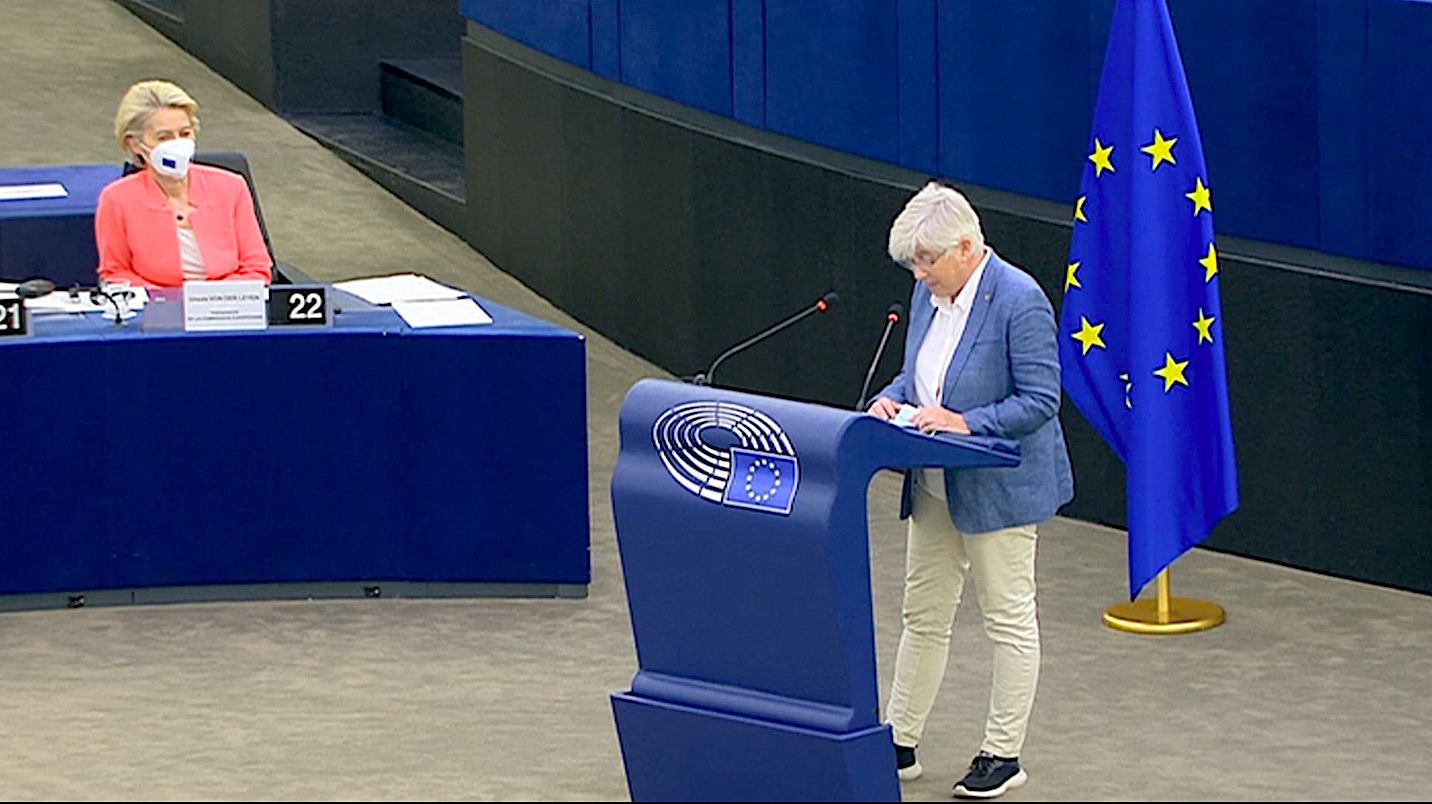 L'eurodiputada Clara Ponsatí, en la seva intervenció en el debat de l'estat de la Unió Europea, davant d'Ursula Von den Leyen / Imatge de la Comissió Europea