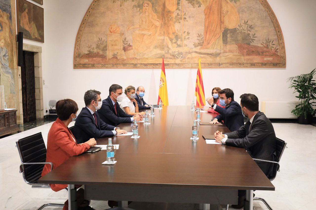Les delegacions de la taula de diàleg reunides en els breus moments en què Pedro Sánchez i Pere Aragonès hi han estat presents / Jordi Bedmar / Govern