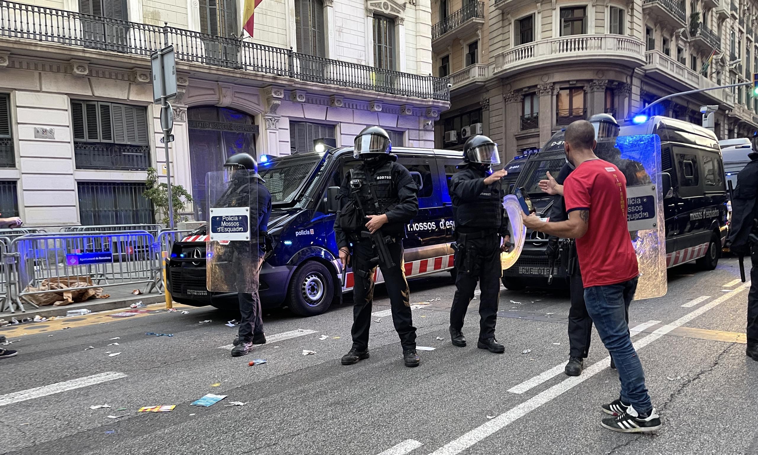 Agents de la BRIMO calmen un manifestant la passada Diada davant la comissaria de Via Laietana del CNP/Quico Sallés