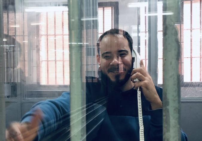 El raper Pablo Hasel parlant a través d'un telèfon en una de les cabines de visita de la presó de Ponent, el 3 de març de 2021 / ACN