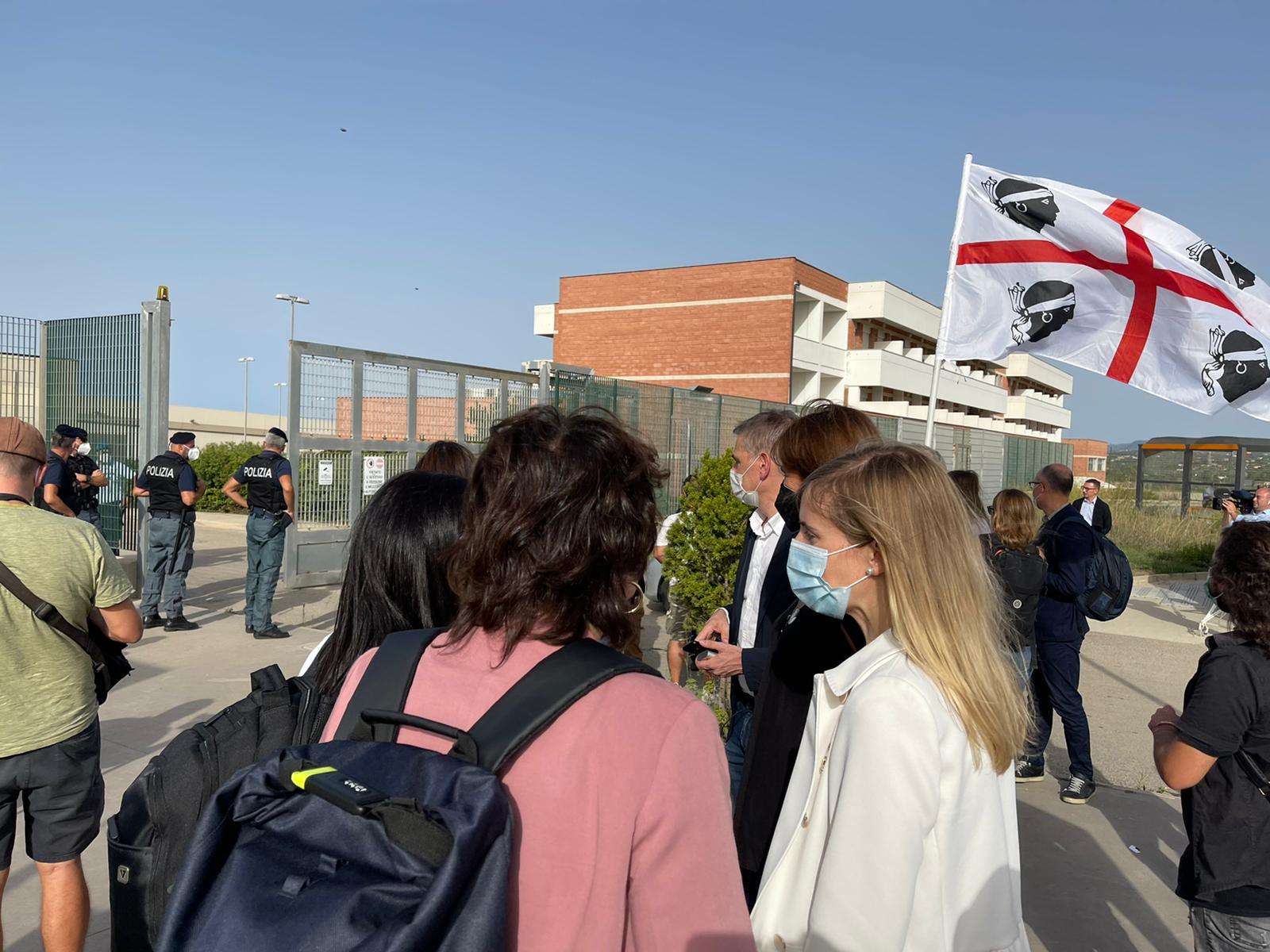 La portaveu d'ERC, Marta Vilalta, l'eurodiputada d'ERC Diana Riba, la consellera d'Exteriors, Victòria Alsina (d'esquena), la presidenta del Parlament, Laura Borràs, i el delegat de la Generalitat a Itàlia, Luca Bellizzi, esperant la sortida de Puigdemont a la presó de Sardenya / Foto: Q.S.