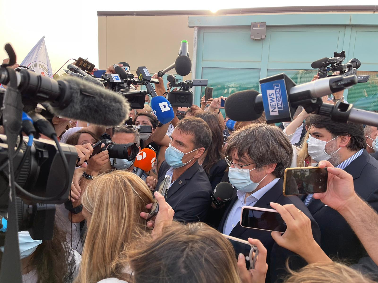 Carles Puigdemont a la sortida de la presó de Sardenya on ha passat la nit / Q.S.
