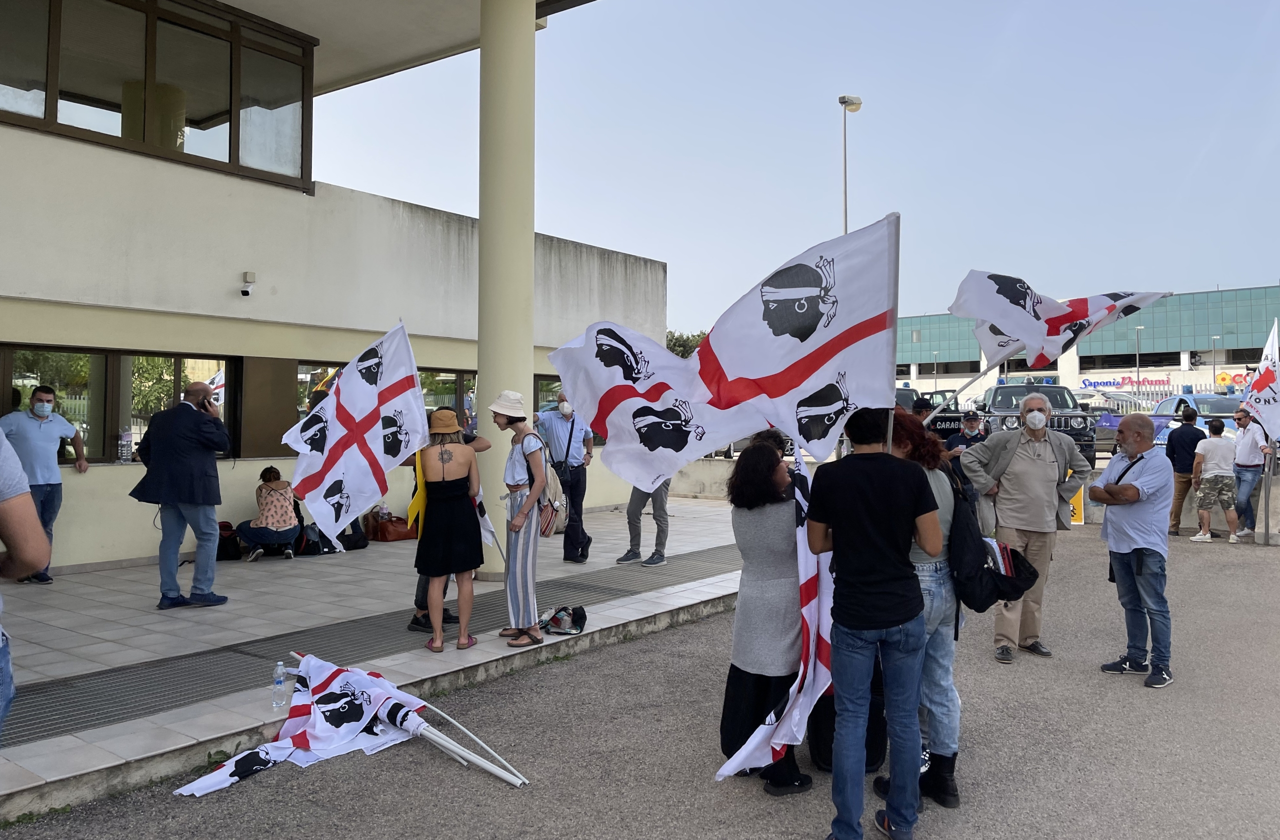 L'entrada del Tribunal d'Apel·lacions de Sardenya amb independentistes sard que reclamaven l'alliberament de Puigdemont/Quico Sallés