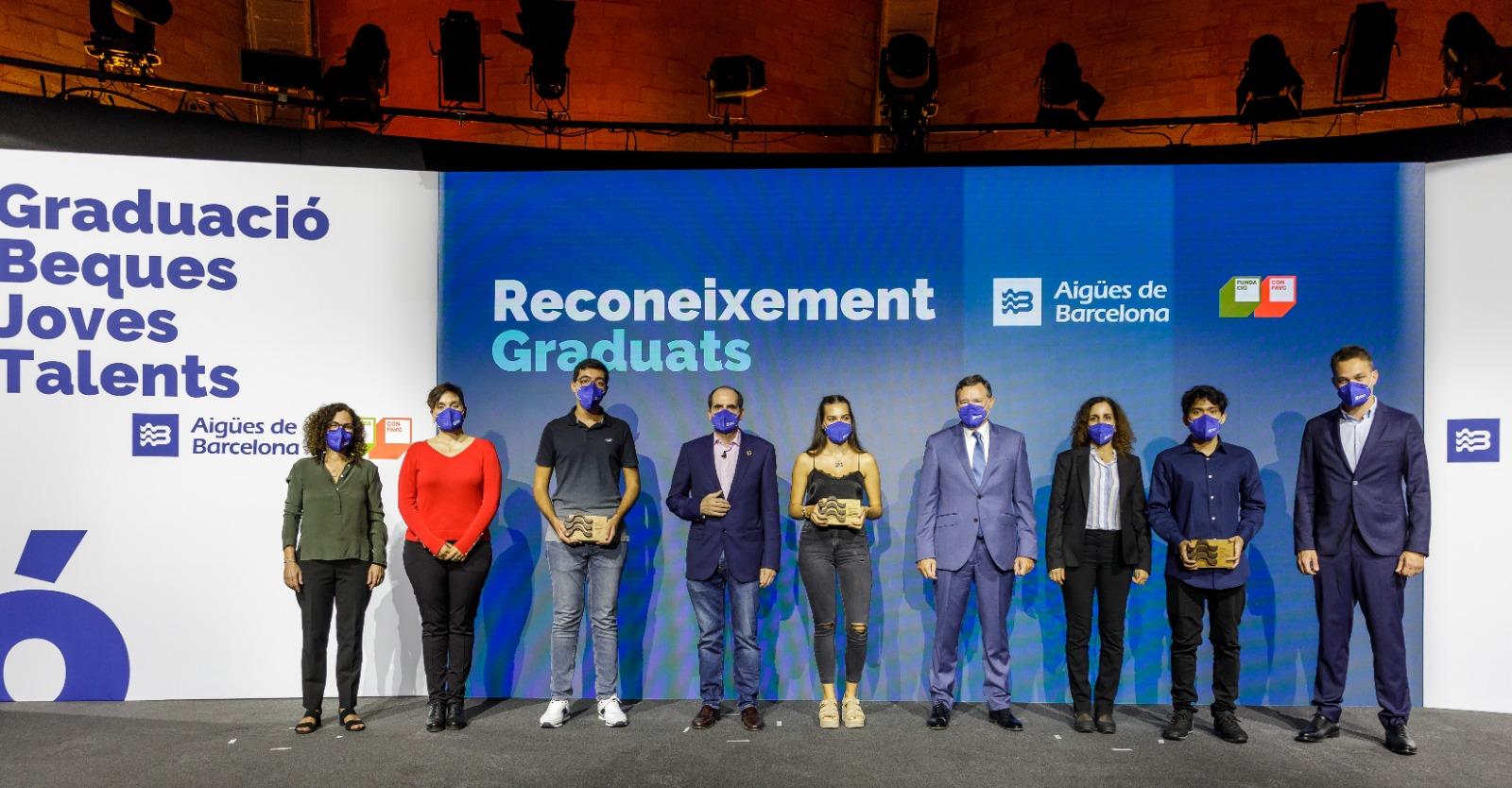 Els tres primers estudiants graduats gràcies a una beca del programa Joves Talents, d'Aigües de Barcelona i la Confavc, en l'acte de reconeixement que se'ls ha fet / Cedida