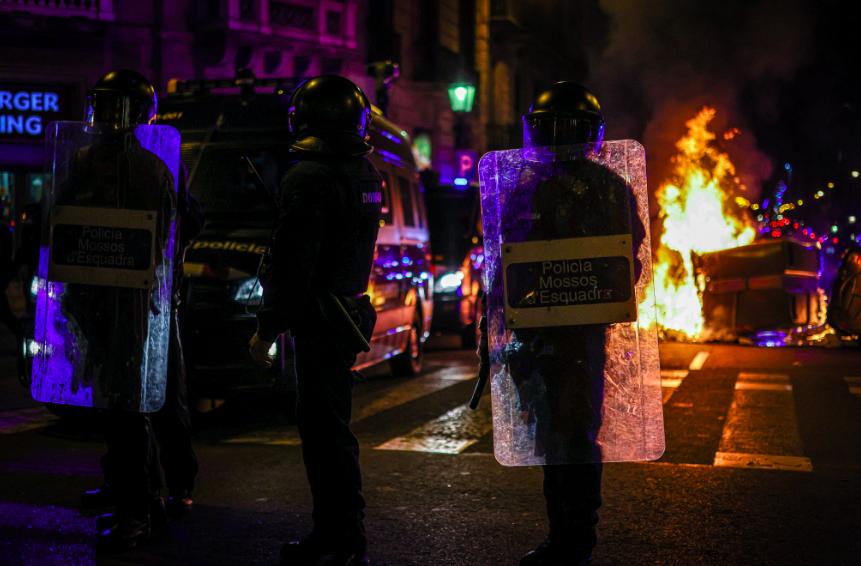 Mossos davant de contenidors cremant / Jordi Borràs