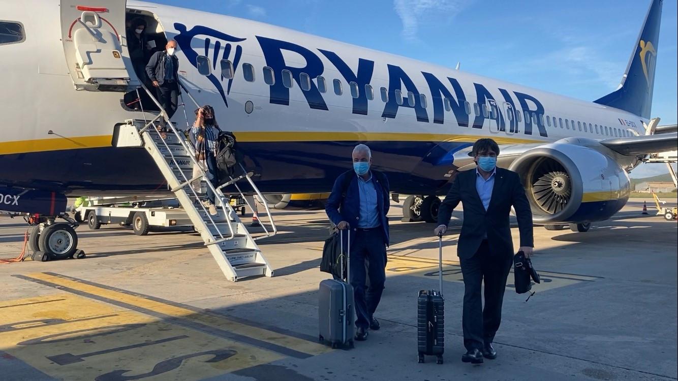 El president a l'exili, Carles Puigdemont i l'exsenador Jami Matamala, sortint de l'avió de Ryanair que els ha portat des de Brussel·les fins a l'Alguer / ACN