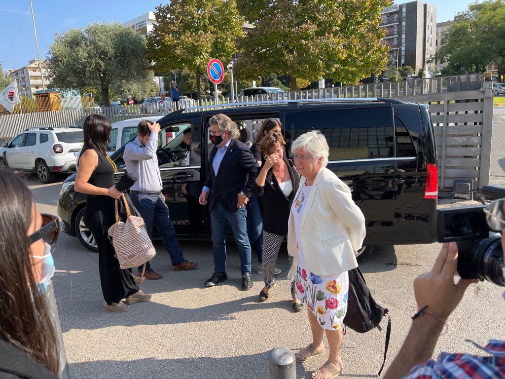 L'eurodiputada Clara Ponsatí, a l'arribada al Tribunal d'Apel·lació de Sàsser, on s'esperava Carles Puigdemont per a la vista. Anaven amb Ponsatí el líder de Demòcrates, Antoni Castellà, i la diputada i membre de la Mesa del Parlament, Aurora Madaula / Q.S.