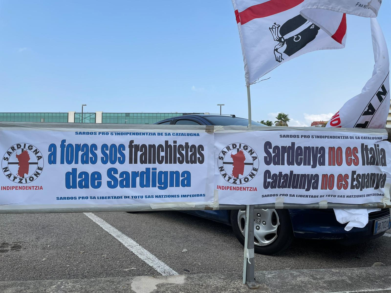 Pancarta dels independentistes sards contra Vox a Sàsser, davant del tribunal on es feia la vista pel cas Puigdemont / Q.S.