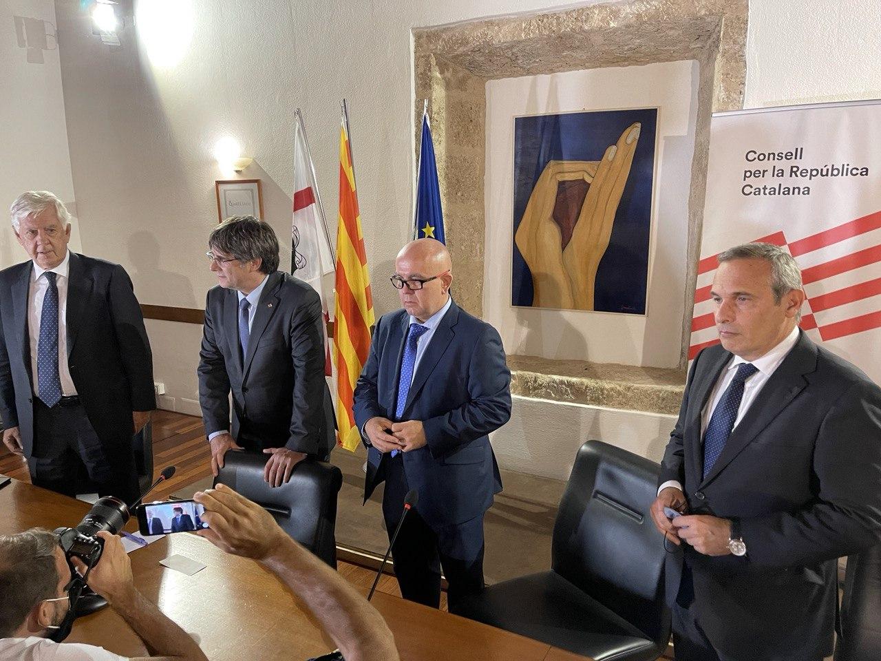Carles Puigdemont, amb el seu advocat italià, Agostinangelo Marras, Gonzalo Boye i el cap de la seva oficina, Josep Lluí Alay, en la roda de premsa posterior a la decisió del Tribunal d'Apel·lacions de Sàsser de suspendre el procediment per extradir-lo / Q.S.