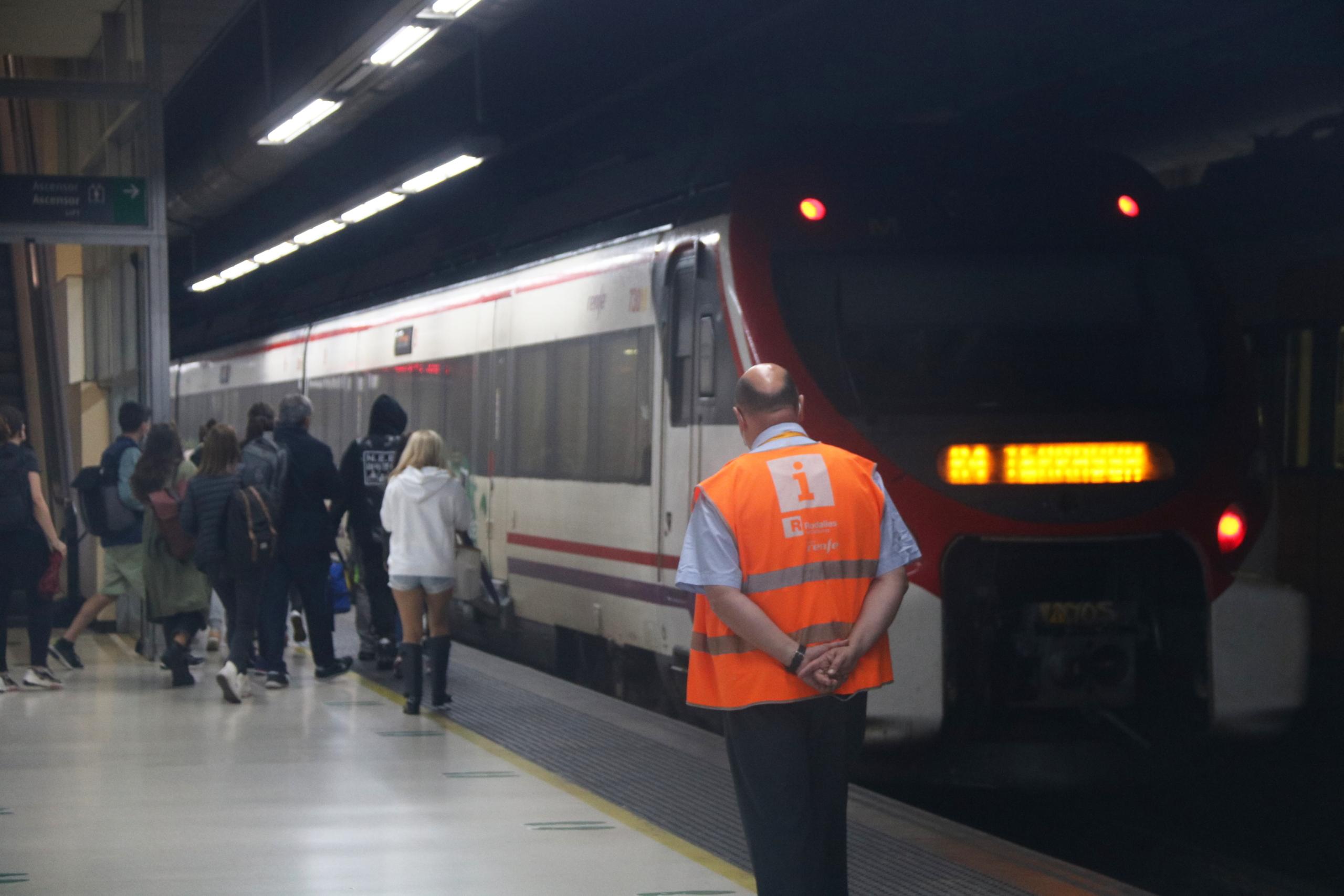 Un dels membres del personal de Renfe a una de les andandes de l'estació de Sants de Barcelona | ACN