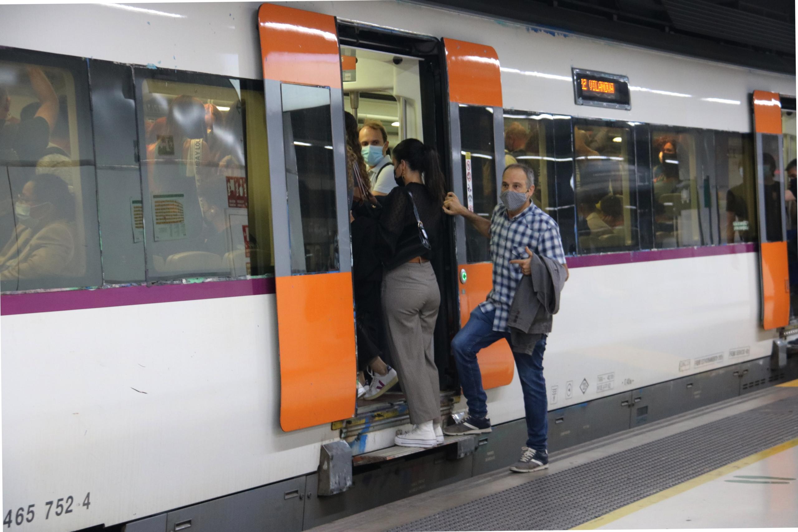 Gent en un tren de Rodalies aturat a Sants, l'1 d'octubre del 2021, durant la vaga de maquinistes | ACN