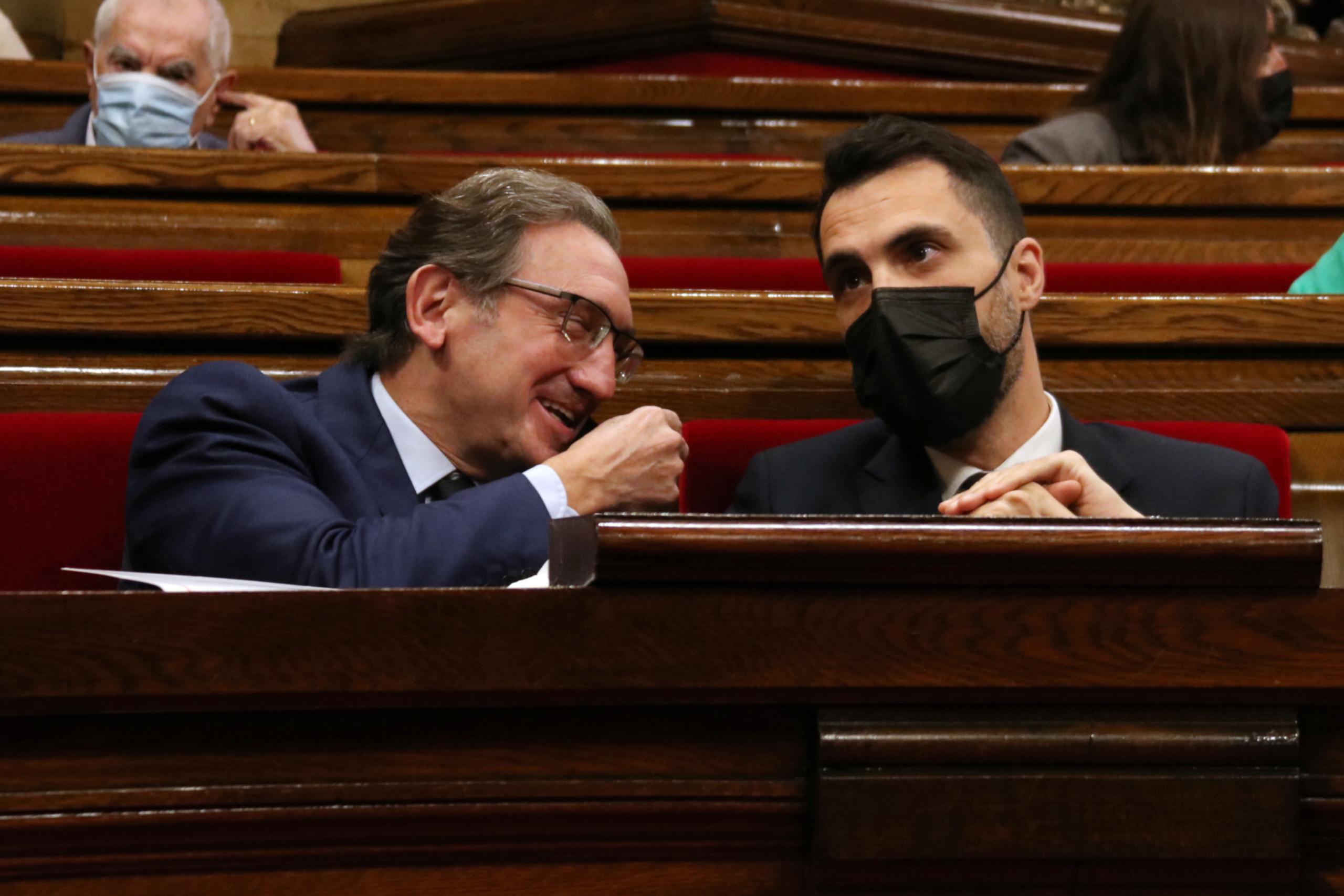 Els consellers Jaume Giró i Roger Torrent, durant el ple al Parlament   ACN