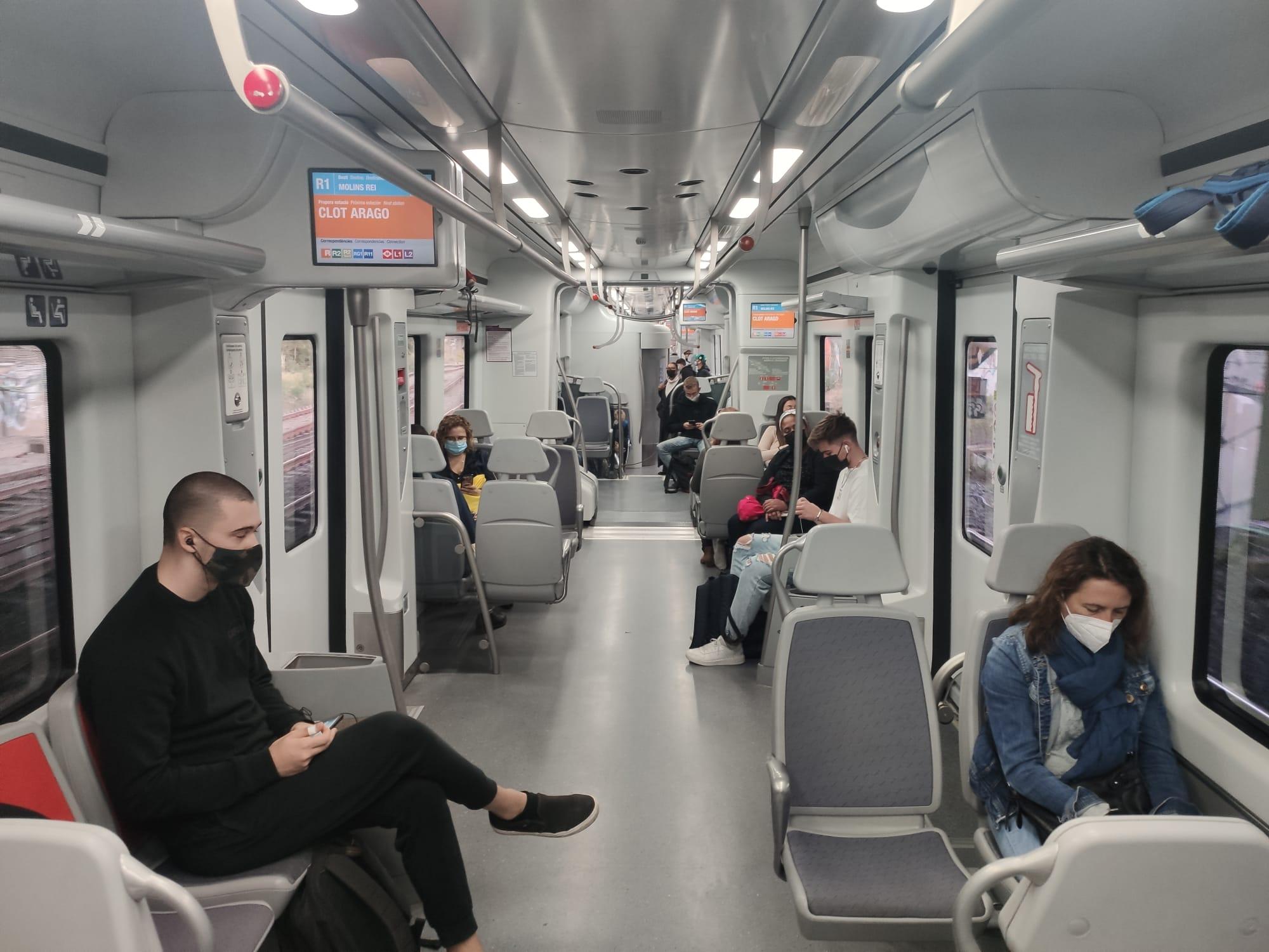 Tren de Rodalies de la línia del Maresme, mig buit després de dies de vaga, el primer dia que es compleixen els serveis mínims / Marc Solanes