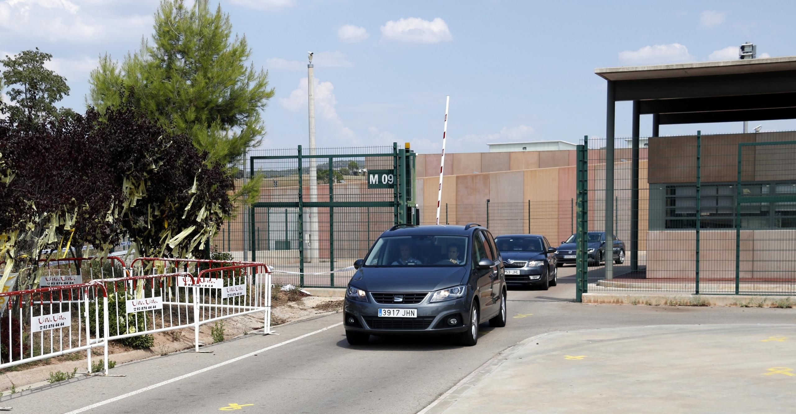 Cotxes oficials de Presidència de la Generalitat sortint de Lledoners/Mon