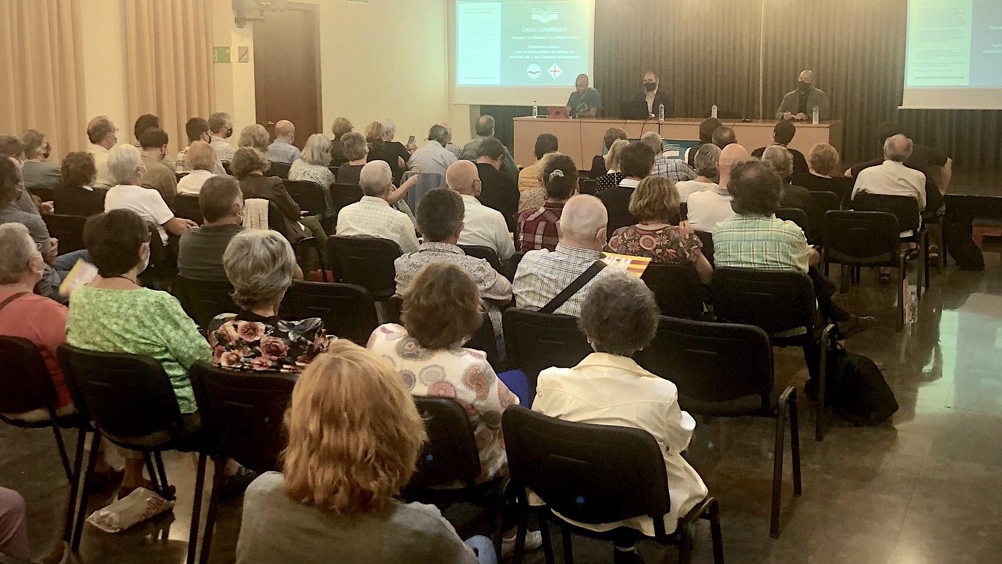 El debat sobre el model militar que hauria d'adoptar una Catalunya independent, organitzat per Debat Constituent a Sabadell / Q.S.