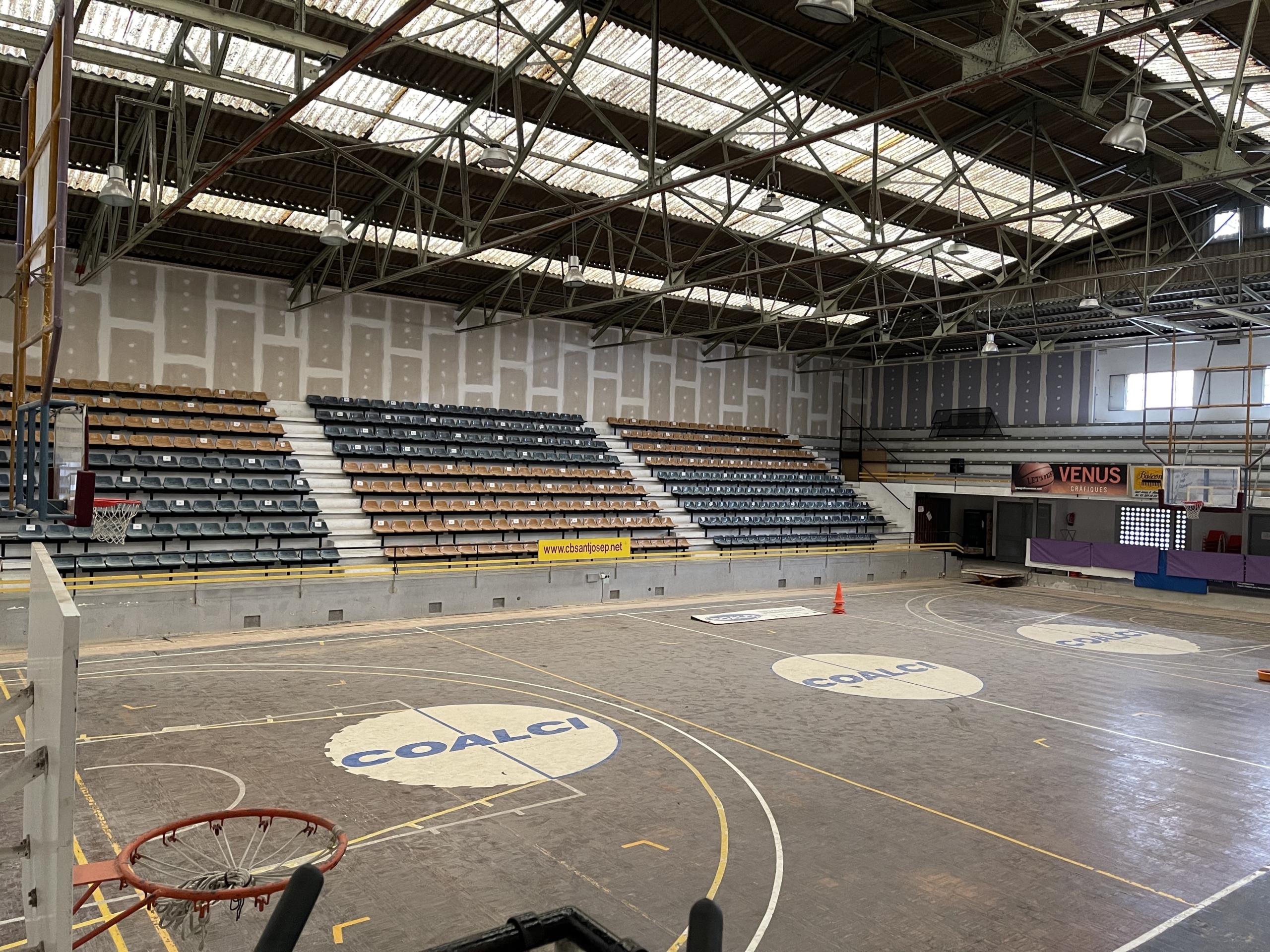 Una imatge del pavelló del Club de Bàsquet Sant Josep de Badalona, després de les obres d'insonorització/Quico Sallés