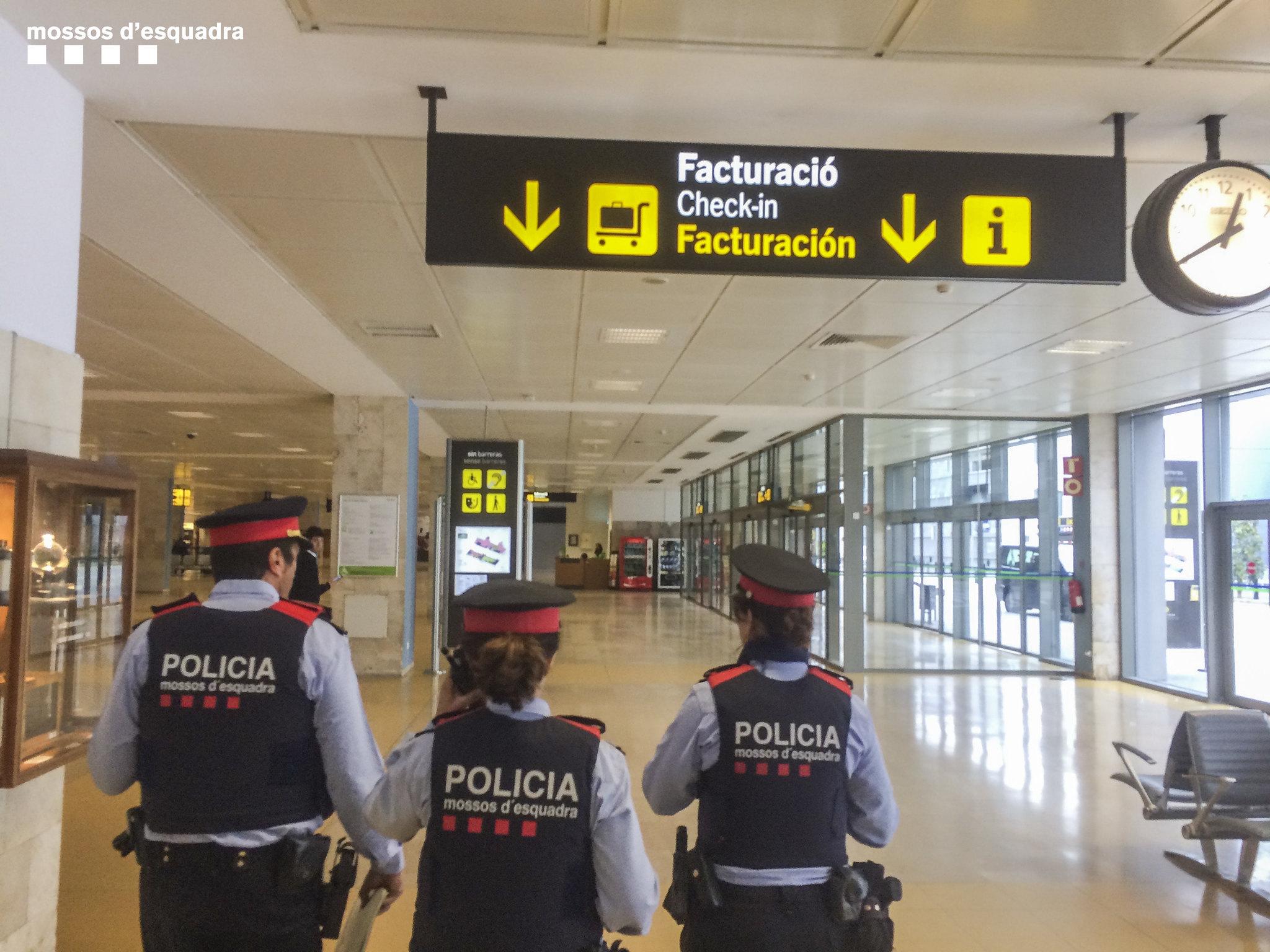 Mossos d'Esquadra patrullen per l'aeroport del Prat/Mossos