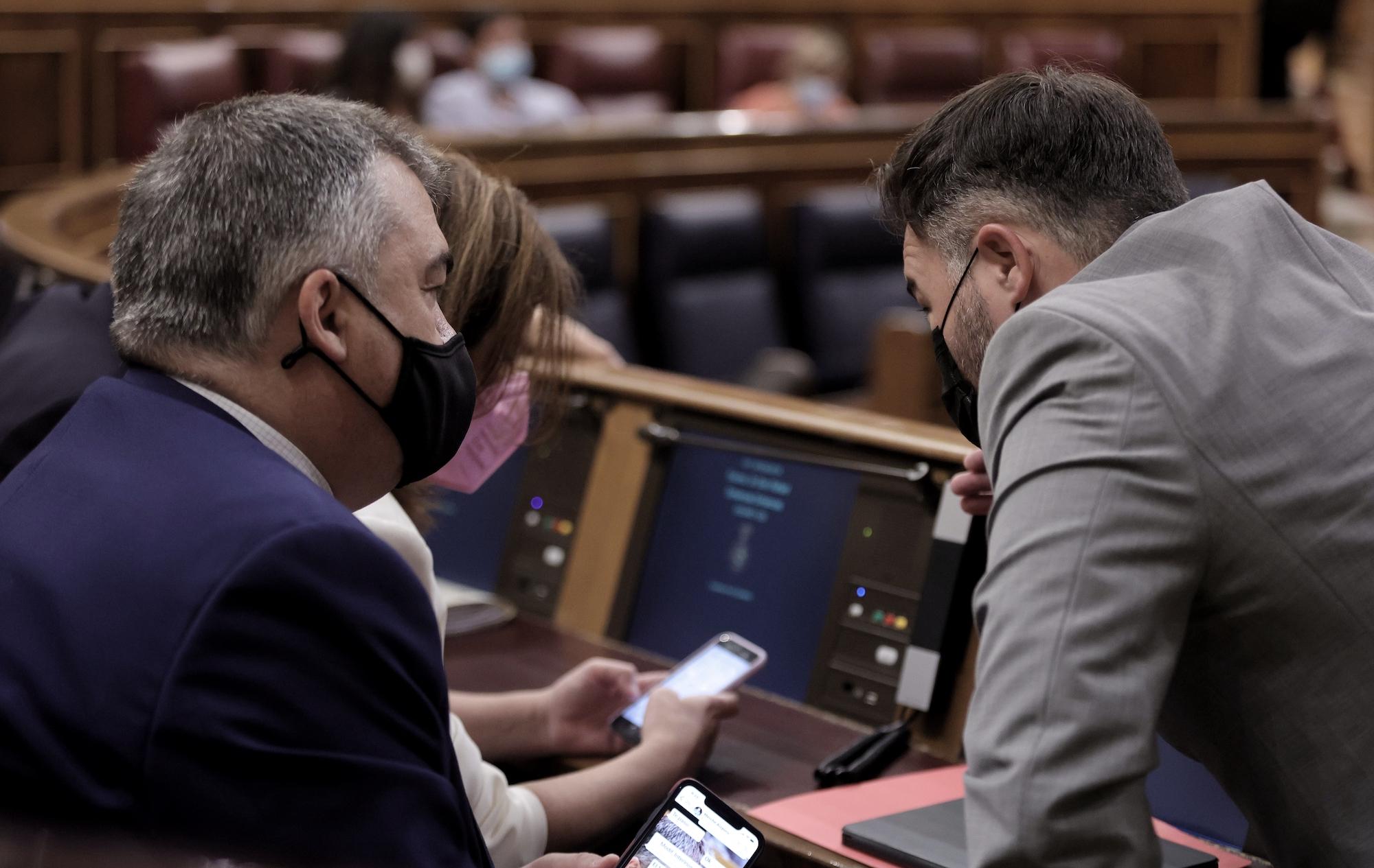 Adriana Lastra i Santos Cerdán (PSOE) conversen amb Gabriel Rufián (ERC) al Congrés dels Diputats, en una imatge d'arxiu | Europa Press