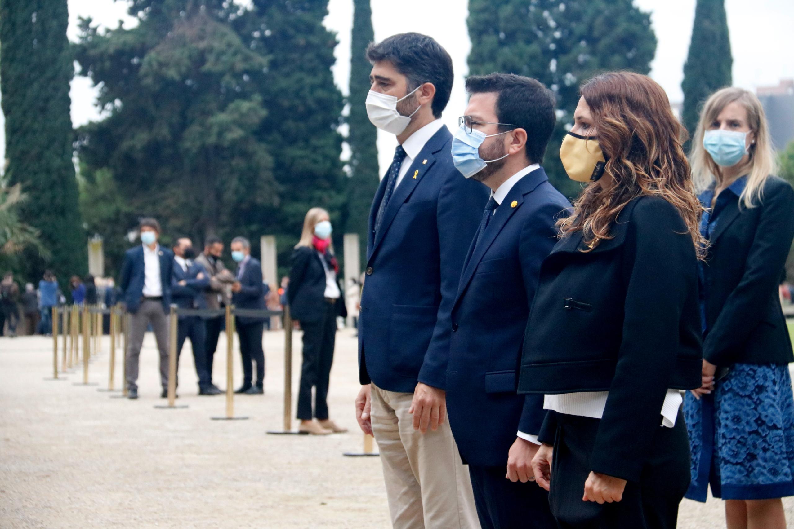 El president Pere Aragonès, el vicepresident Jordi Puigneró i la consellera de Presidència Laura Vilagrà a l'ofrena floral a la tomba de Lluís Companys   ACN