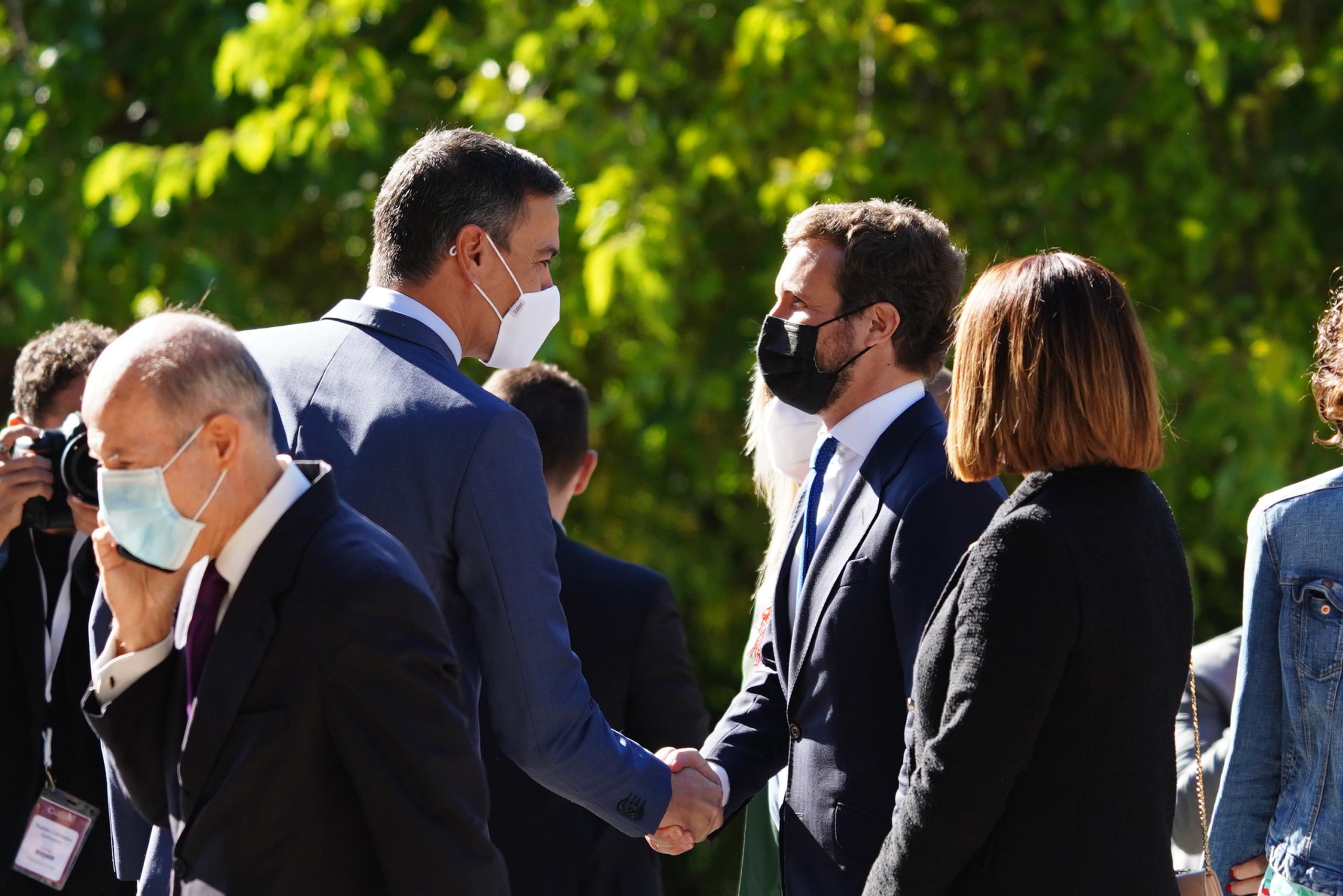 Pedro Sánchez i Pablo Casado es donen la mà | Europa Press