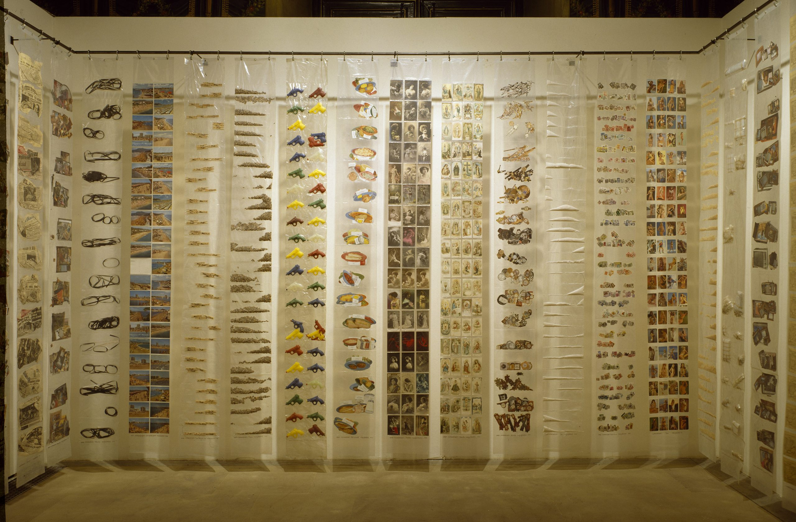 """Eugènia Balcells, """"Supermercat"""", 1976. 10 tires 250x28 cm c/u. Materials diversos."""