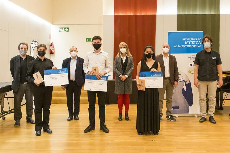 Foto grup guanyadors Premi BBVA de Música al Talent Individual 2021 i representants. Foto: Fundació Antigues Caixes Catalanes