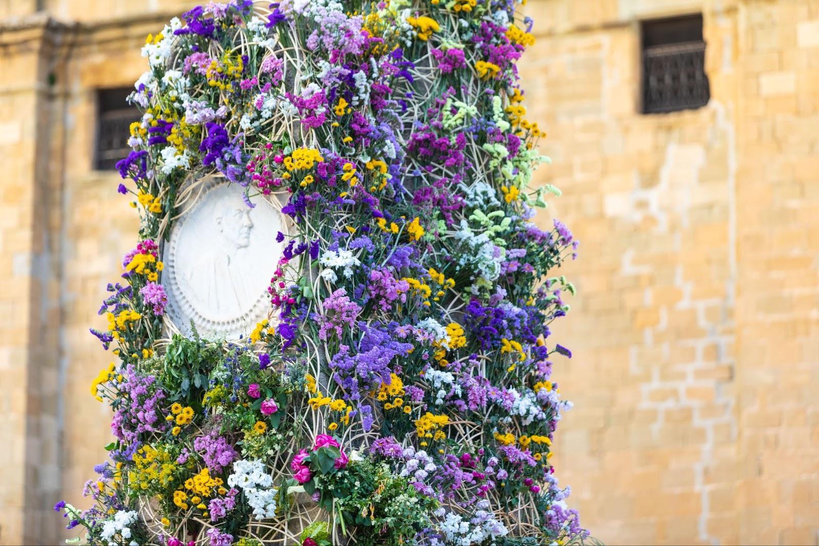 El monument a Verdaguer cobert de flors. Foto: Fundació Jacint Verdaguer
