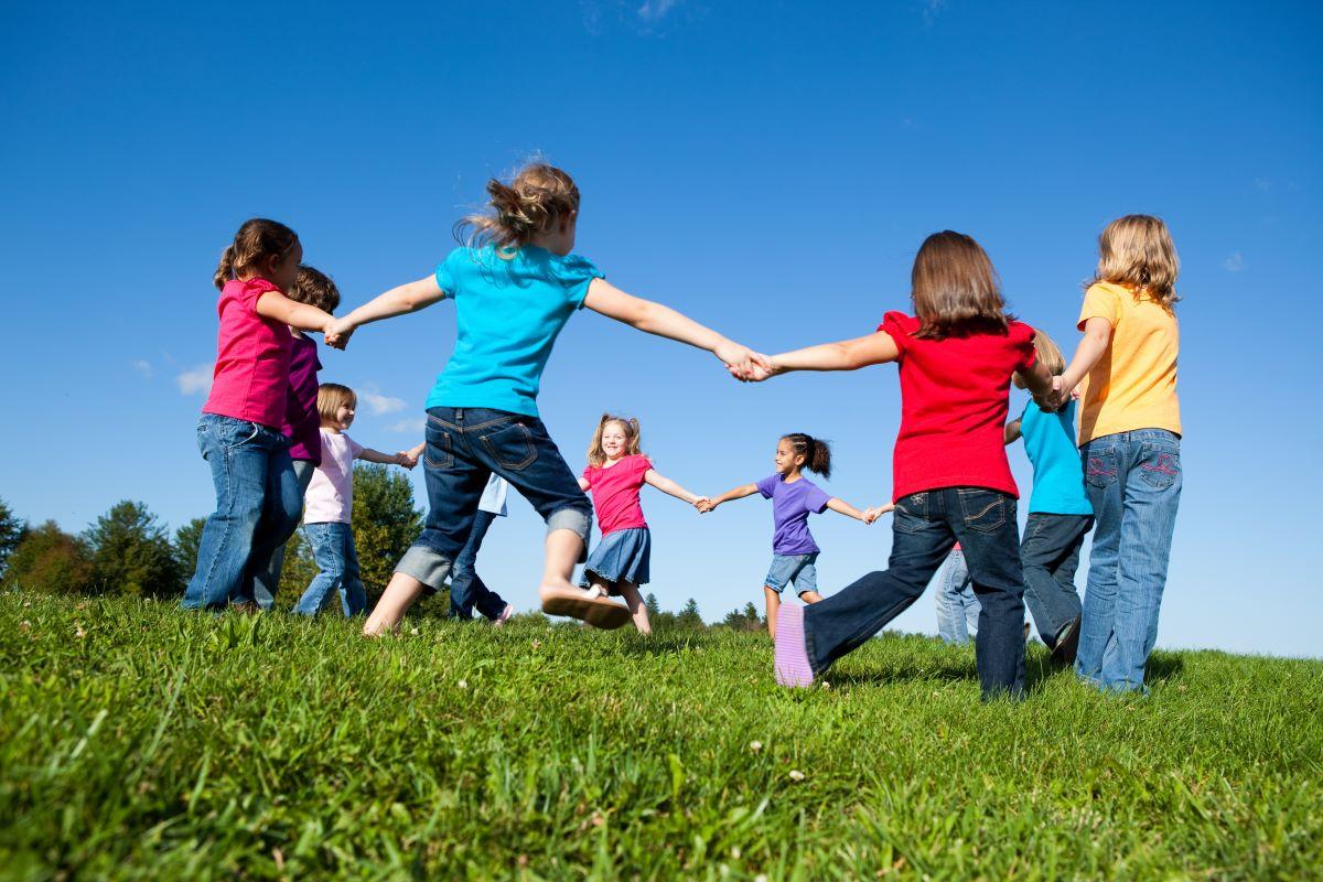 Els casals d'estiu fomenten les relacions en igualtat d'infants i joves. Foto: Shutterstock