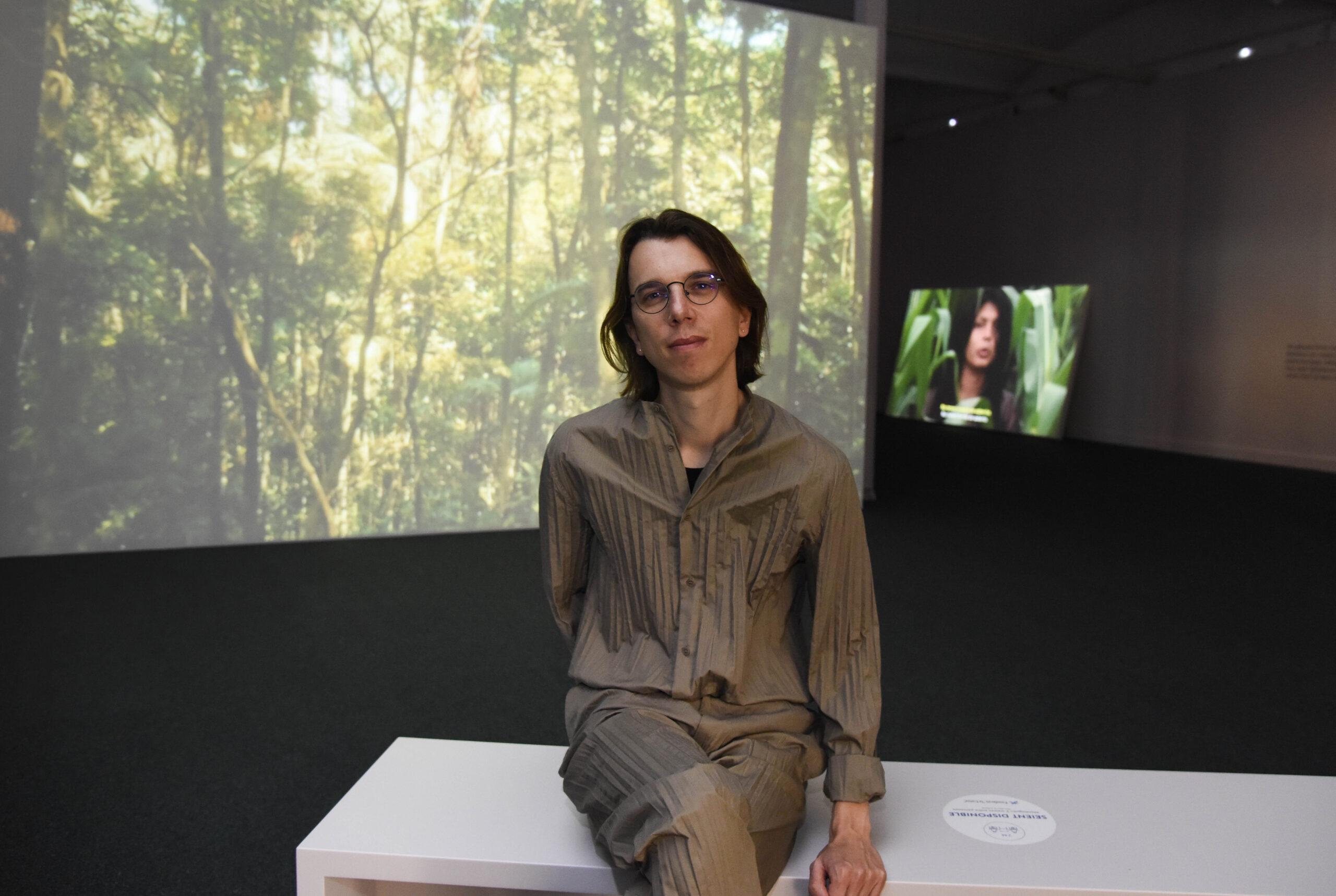 L'artista Pedro Neves ha presentat a CaixaForum Barcelona l'exposició YWY. Visions. Pedro Neves Marques, en col·laboració amb Zahy Guajajara. Foto: Fundació La Caixa