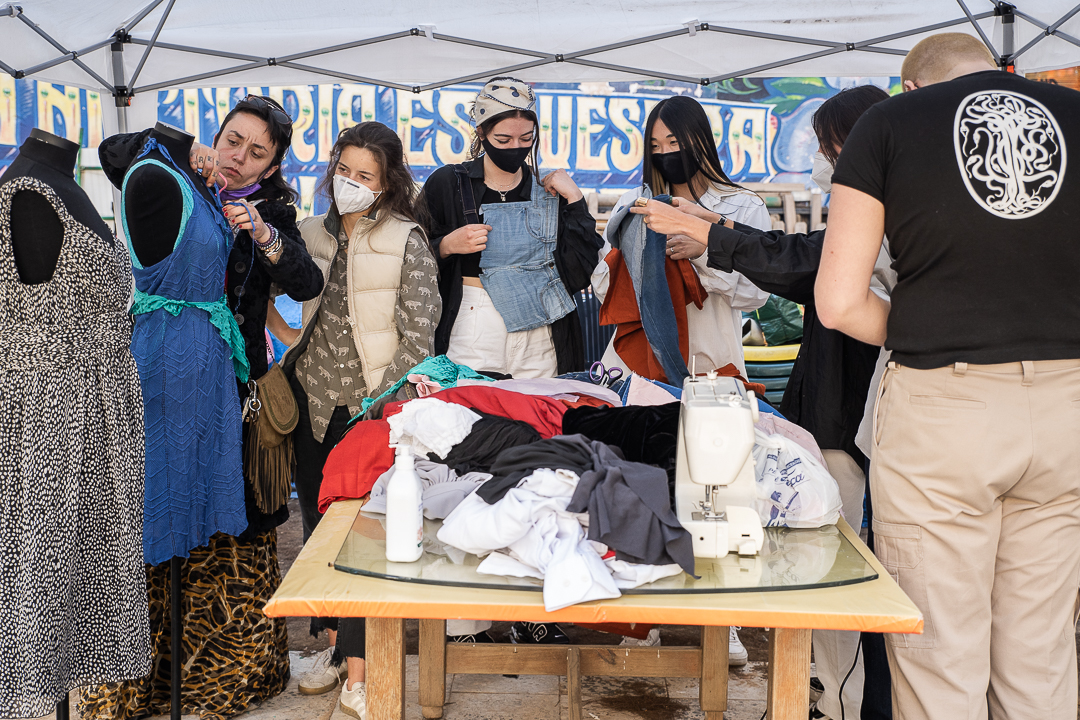 Un dels tallers de Disseny per a la inclusió amb Metzineres del Raval Foto: Enrique Muda