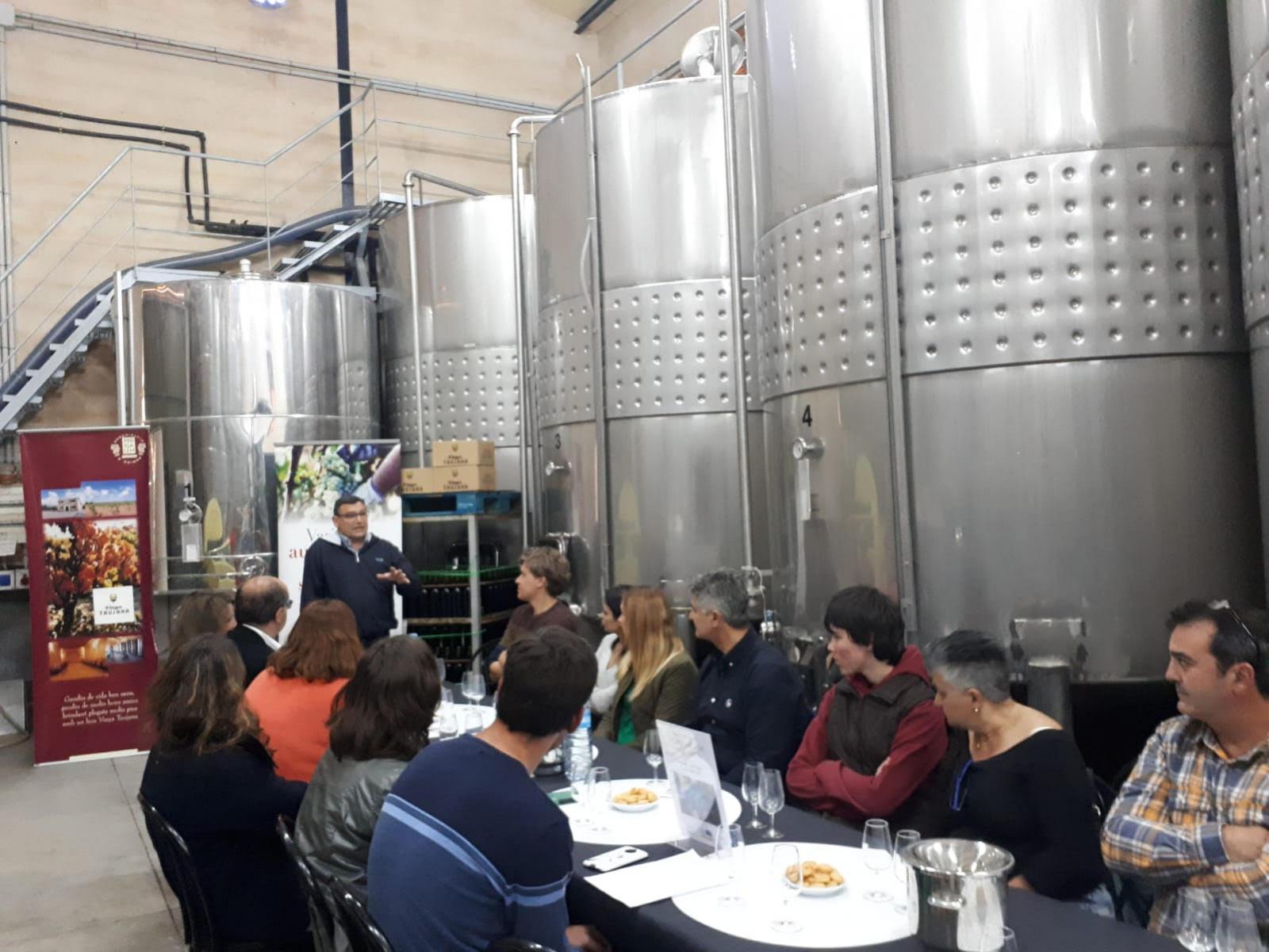 Joan Crespí desvetlla als assistents els secrets de la relació entre el vi i el sol i la terra que l'envolta