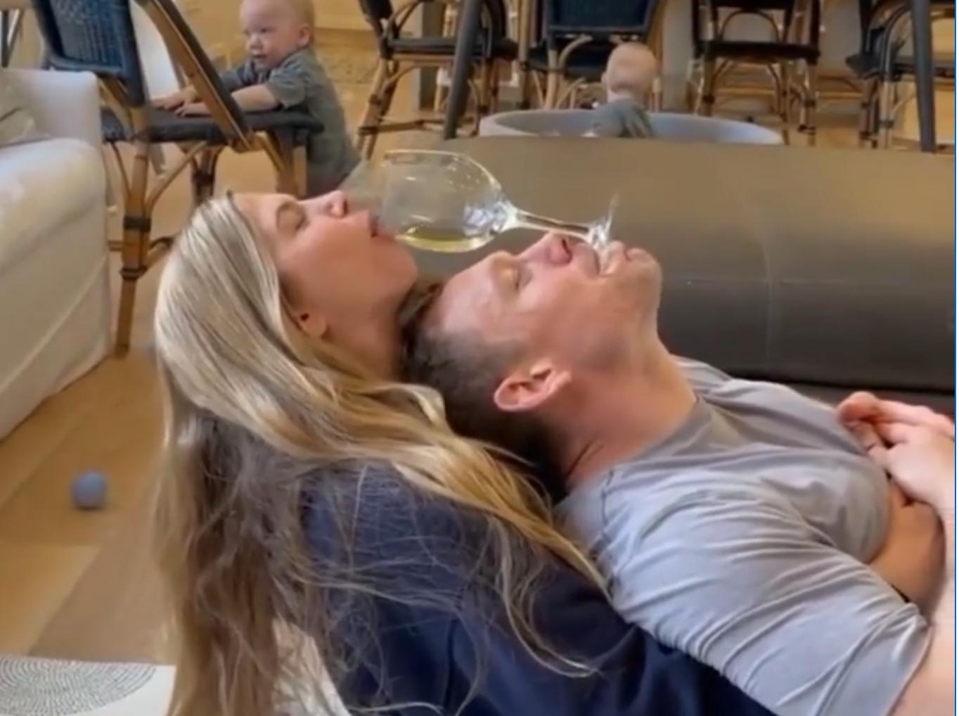 Una parella intentant beure vi fent piruetes | IG happineslovers