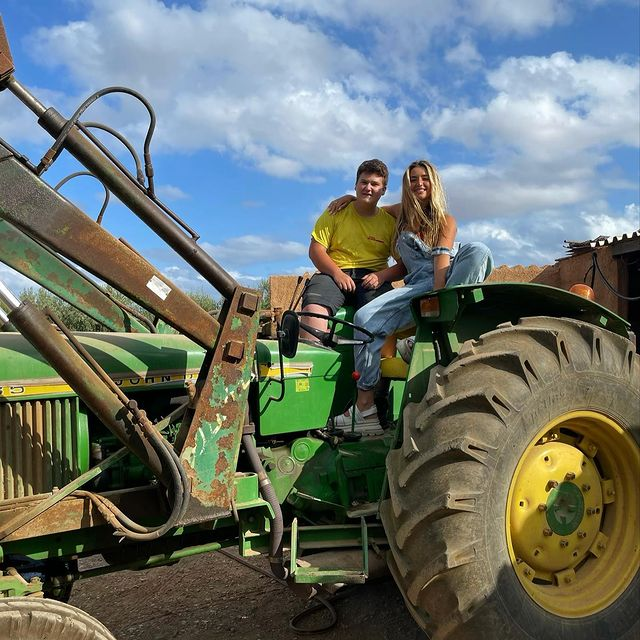 La influencer i Miquel Montoro posen sobre el tractor del jove pagès mallorquí | IG Lola Índigo