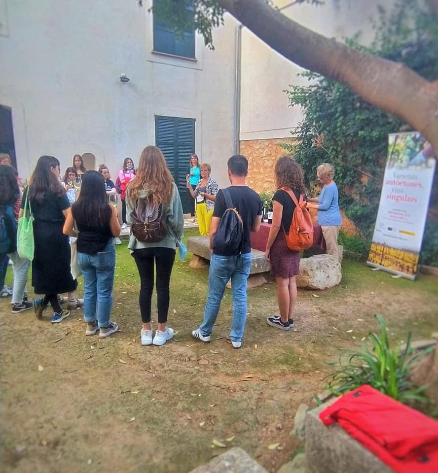 Els joves catalans han aprofitat la jornada literària per coneixer l'obra de Llorenç Villalonga i els vins de la DO Binissalem/Cedida
