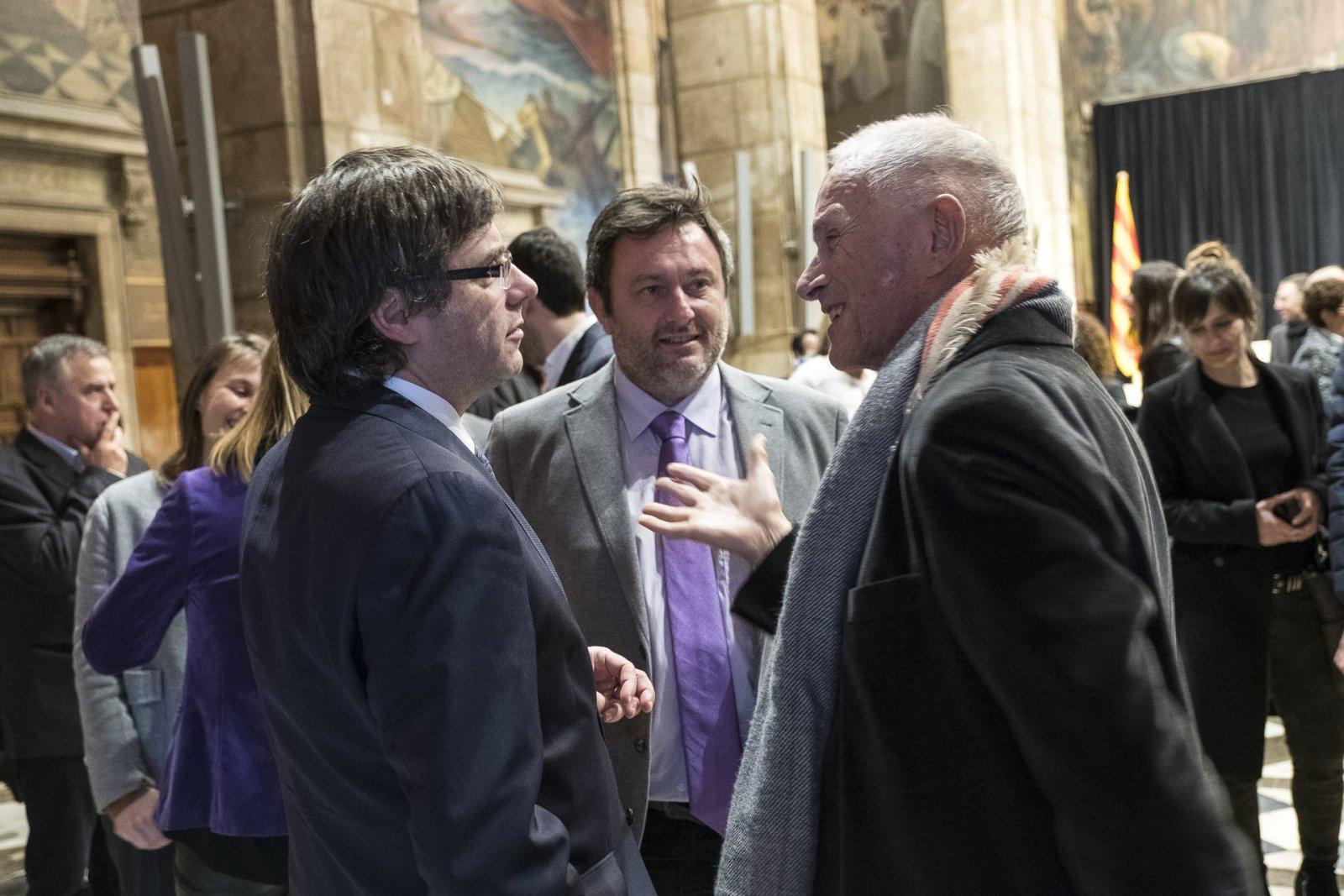 El president Puigdemont, l'editor de Vadevi.cat Salvador Cot en una conversa distesa amb els cellers premiats