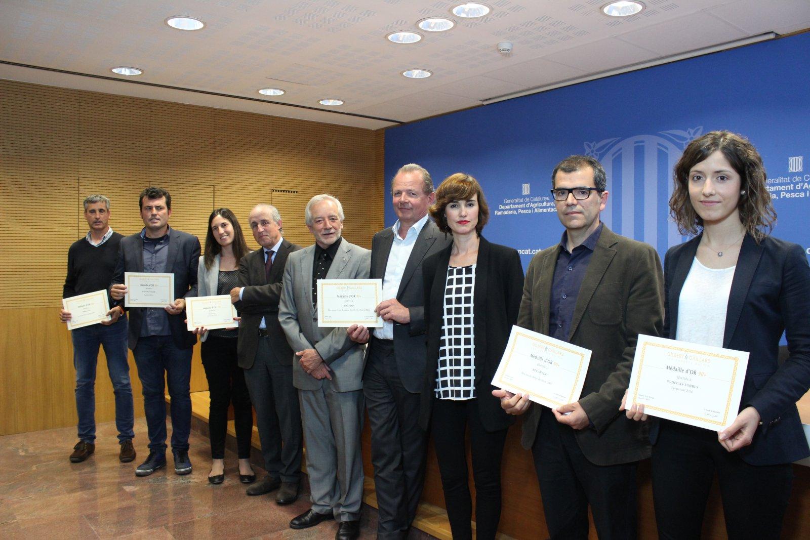 Els sis cellers més ben puntuats pel concurs amb François Gilbert (centre), el director de l'INCAVI i el President de l'AVC