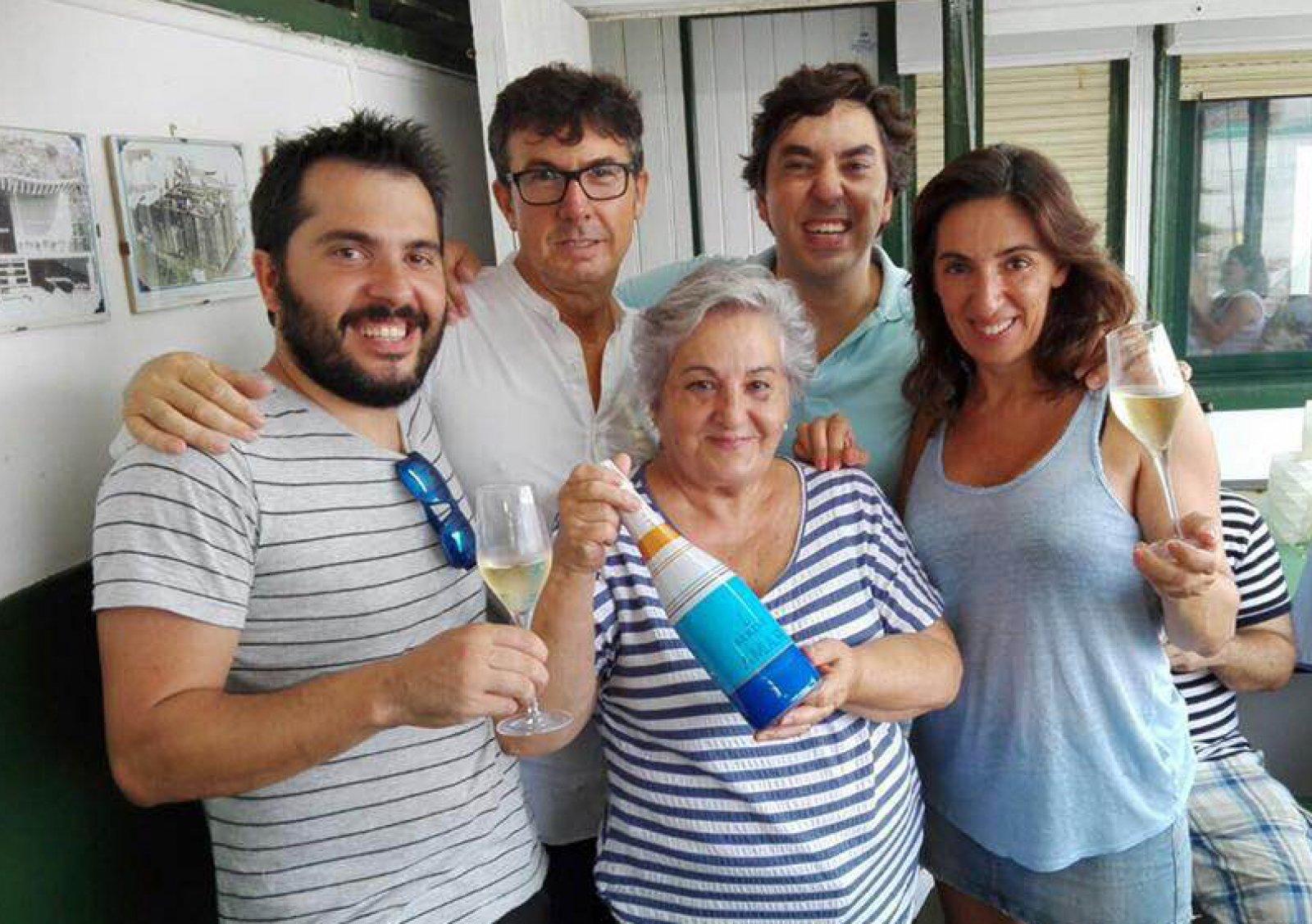 La Família de Jovani Vins, amb la mare -homenatjada- al centre