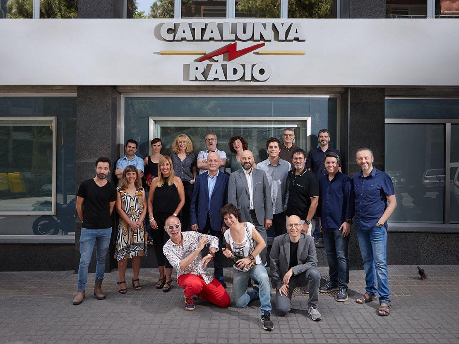 L'equip d'estiu a les portes dels estudis de l'emissora