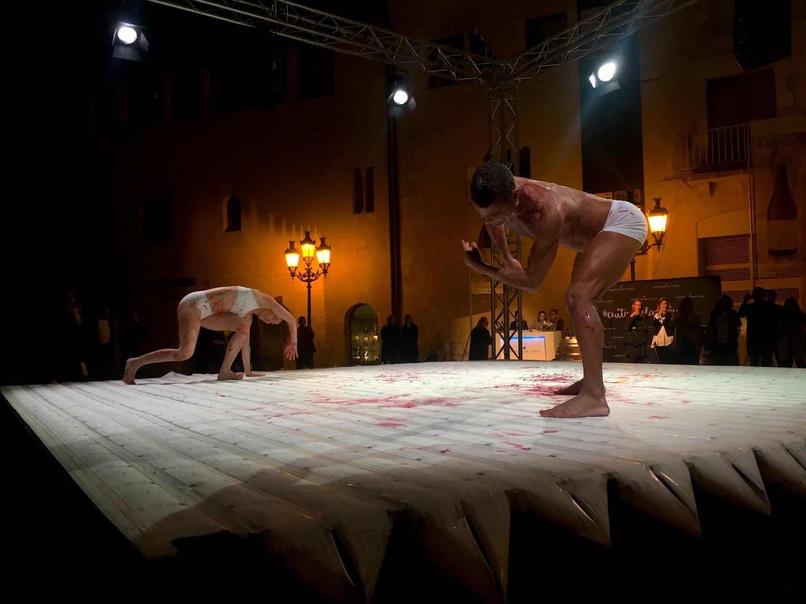 Dos ballarins coberts de tinta ballen sobre les que seran les etiquetes de Cultivare