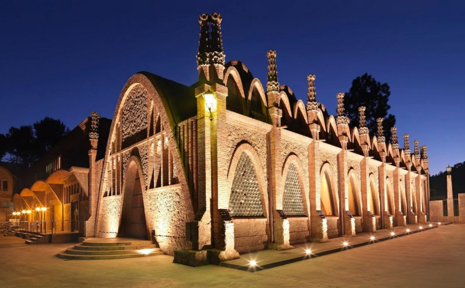 Vista nocturna del  exterior de la sala Puig i Cadafalch  de Codorníu
