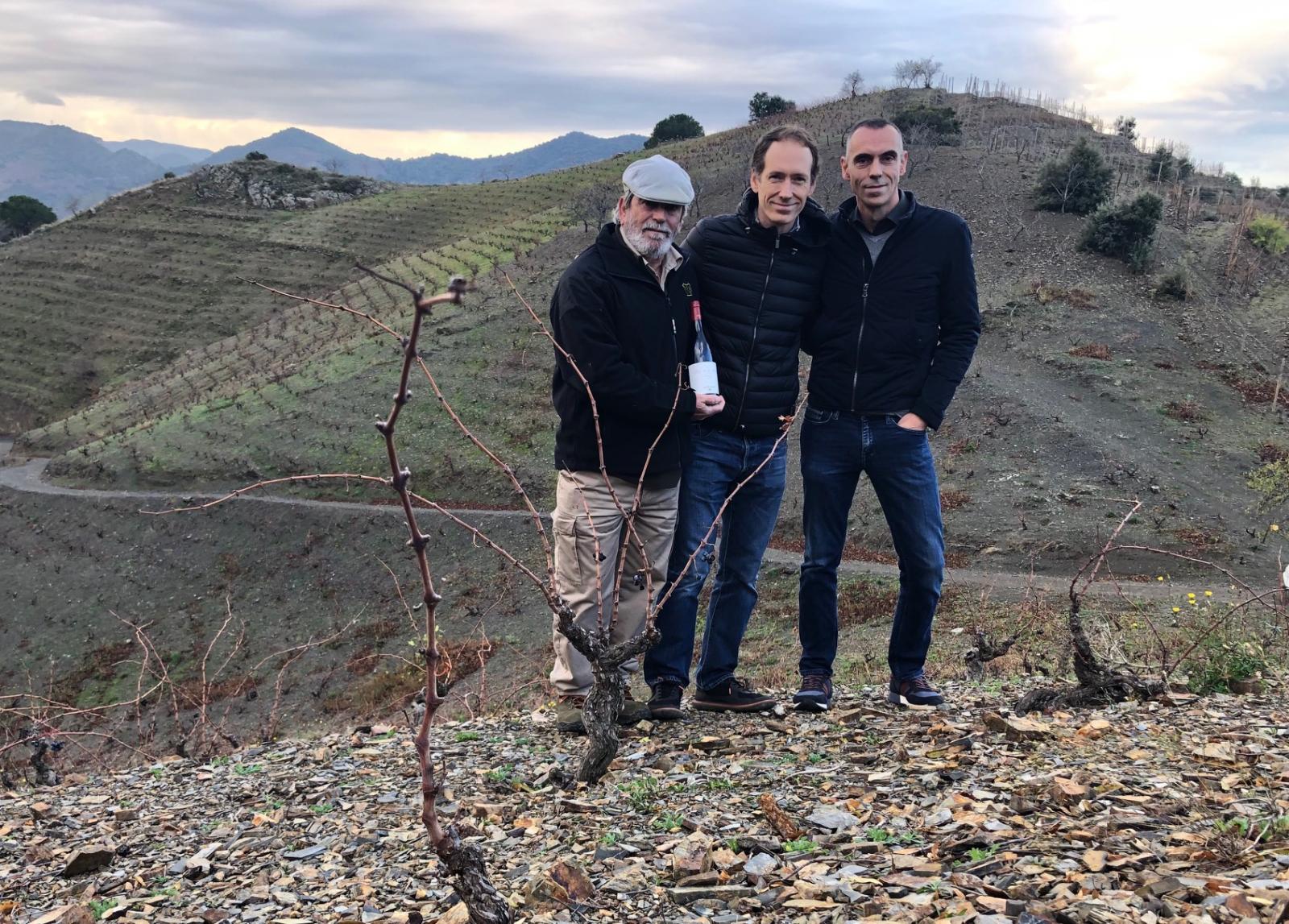 Manolo Del Águila, anterior propietari de Mas de la Rosa; Miquel Torres Maczassek, director general de Família Torres; i Jordi Foraster, enòleg de Família Torres Priorat.