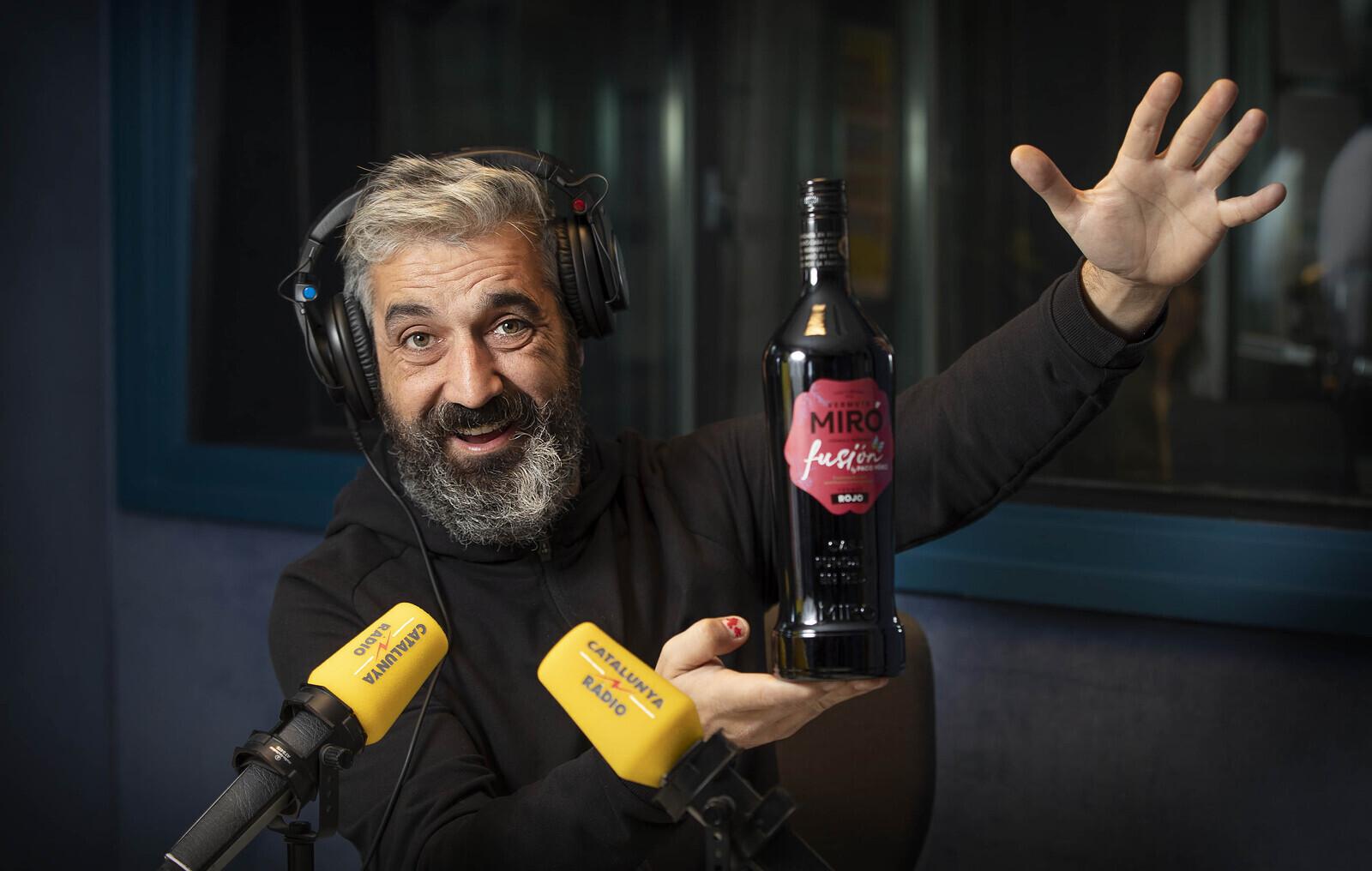 Roger de Gràcia es pren un vermut Miró amb el Tot Barcelona