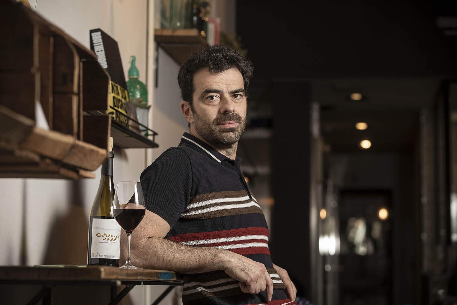 David Selvas es pren un vi de la DO Catalunya amb el Tot Barcelona