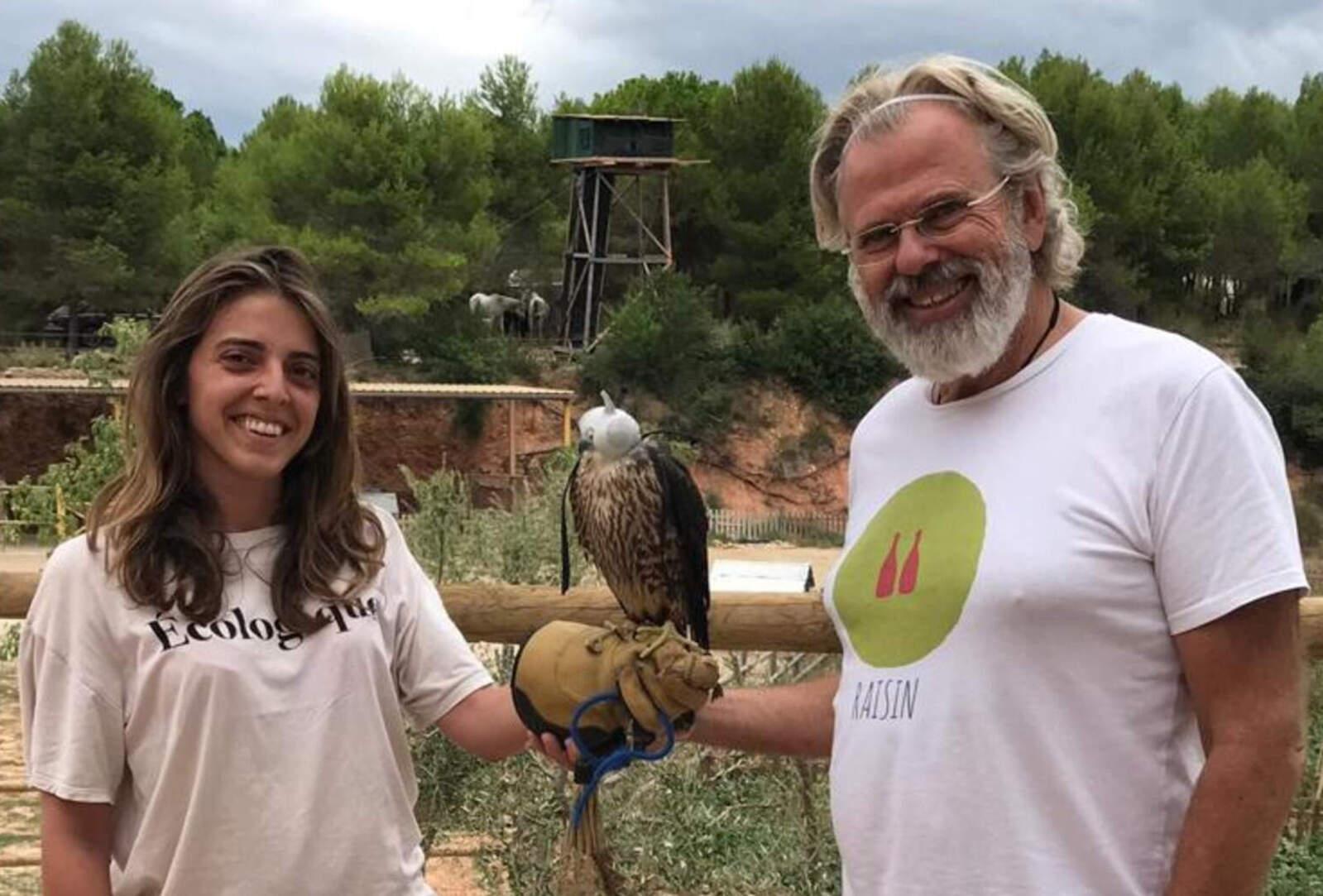 Teresa Martínez i Jaume Gramona amb un falcó pelegrí