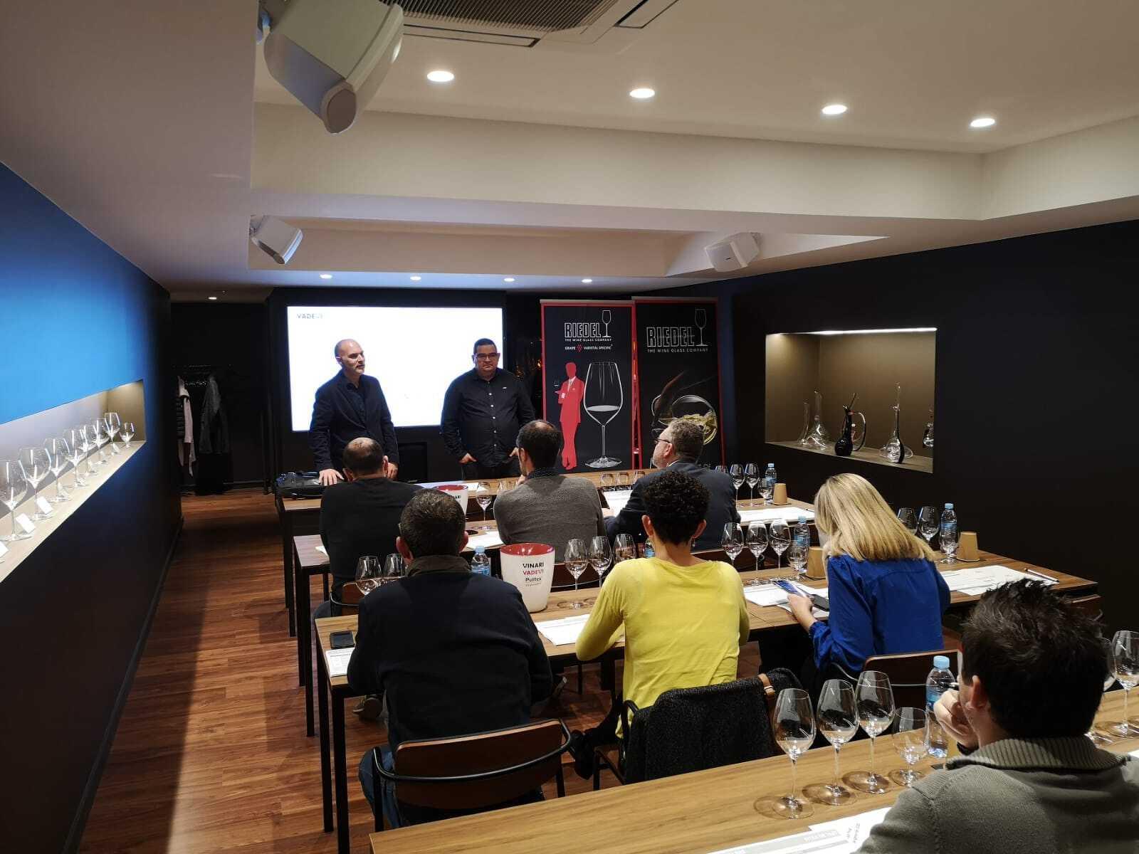 Jordi Bort, director general de Riedel i Ramon Roset, director dels Barcelona Rosé donant indicacions sobre el tast