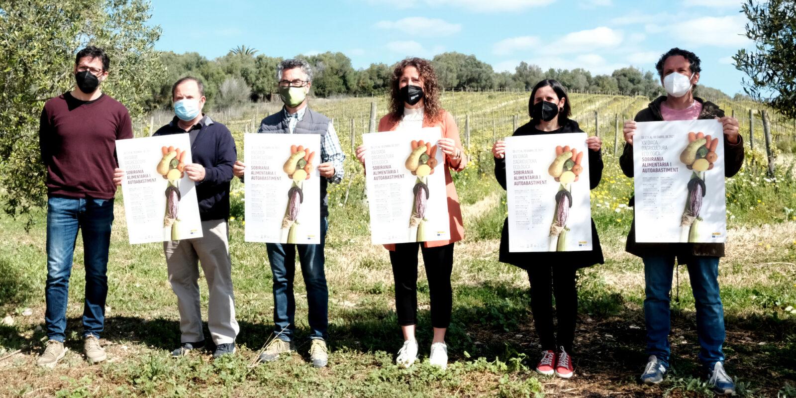 La batlessa de Porreres, amfitriona, al centre de la imatge, amb els organitzadors. Mireia Oliver, de Can Majoral, la segona per la dreta